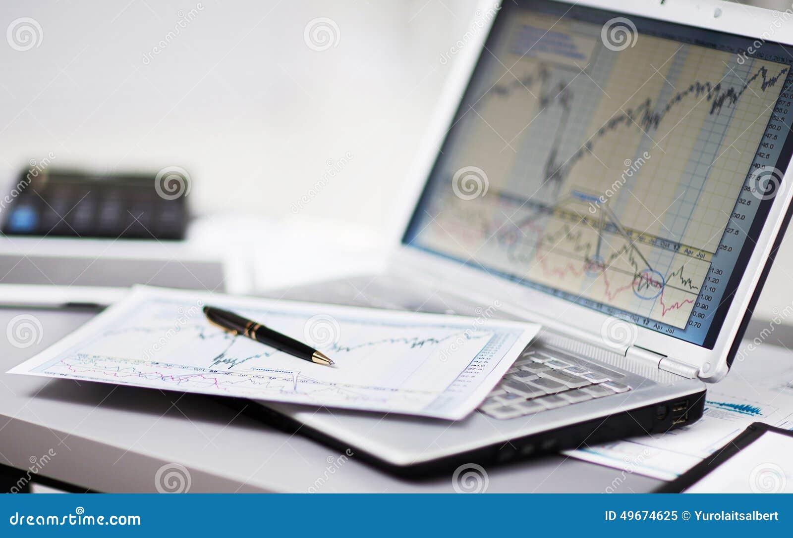 Het analyseren van investeringsgrafieken met laptop