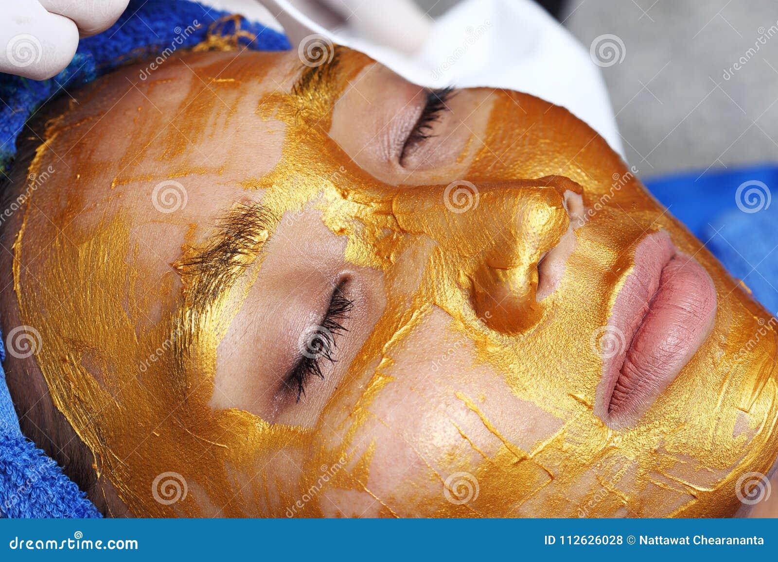 Het anti Verouderen Gezichts met de Gouden massage van de Maskerroom