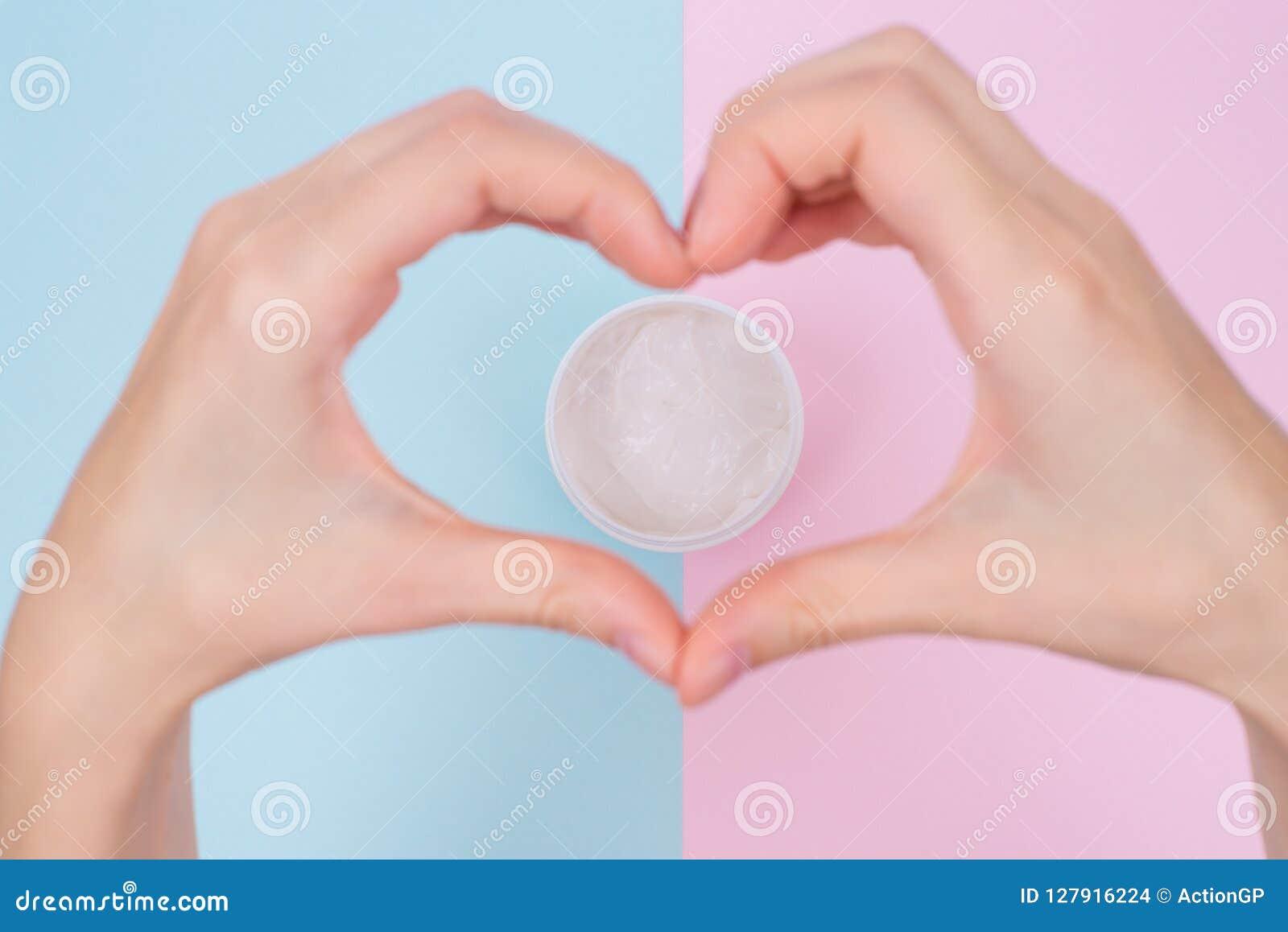 Het anticoncept van het leeftijdsproduct De bovenkant boven hoge hoek flatlay vlakte legt op luchtmeningsfoto van dame` s handen