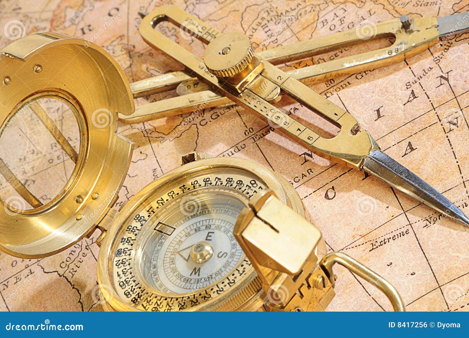 Het apparaat van de navigatie op een achtergrond een oude kaart