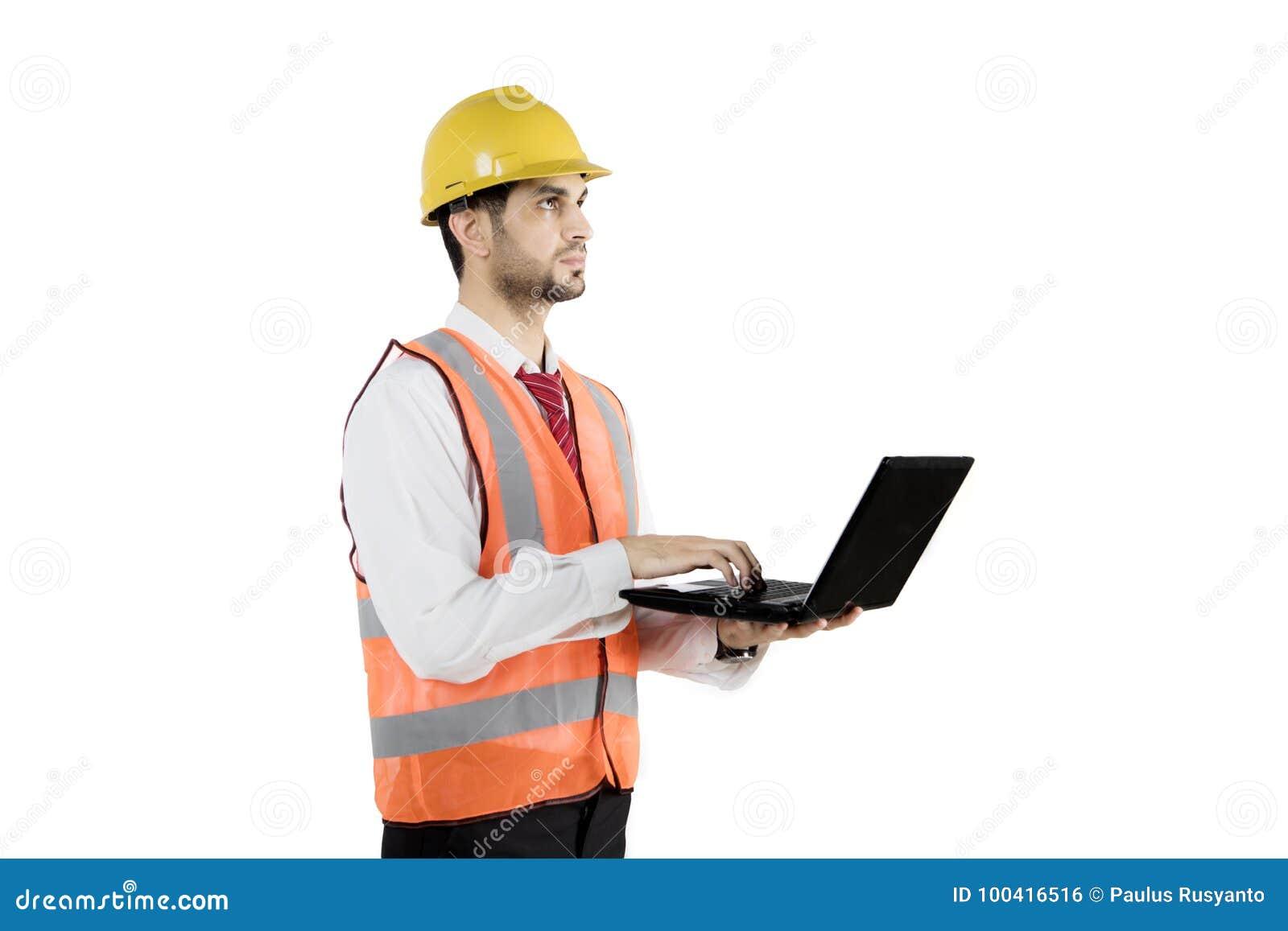 Het Arabische voorman typen op laptop