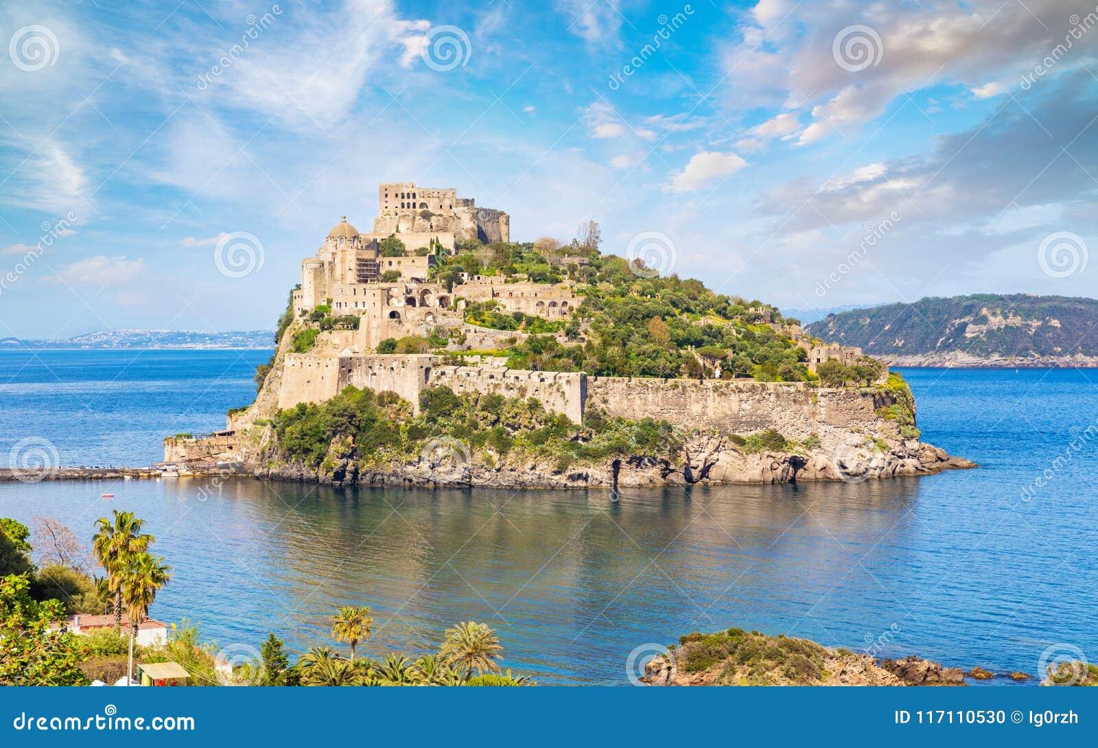 Het Aragonesekasteel is het meeste bezocht oriëntatiepunt dichtbij Ischia eiland, het
