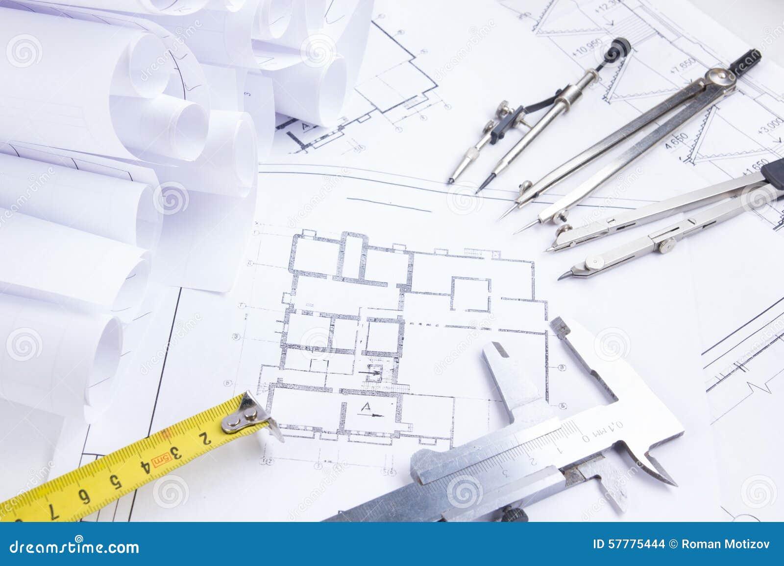 Het architecturale project, blauwdrukken, blauwdruk rolt en verdelerkompas, beugels, die heerser op de hulpmiddelenmening Fr vouw