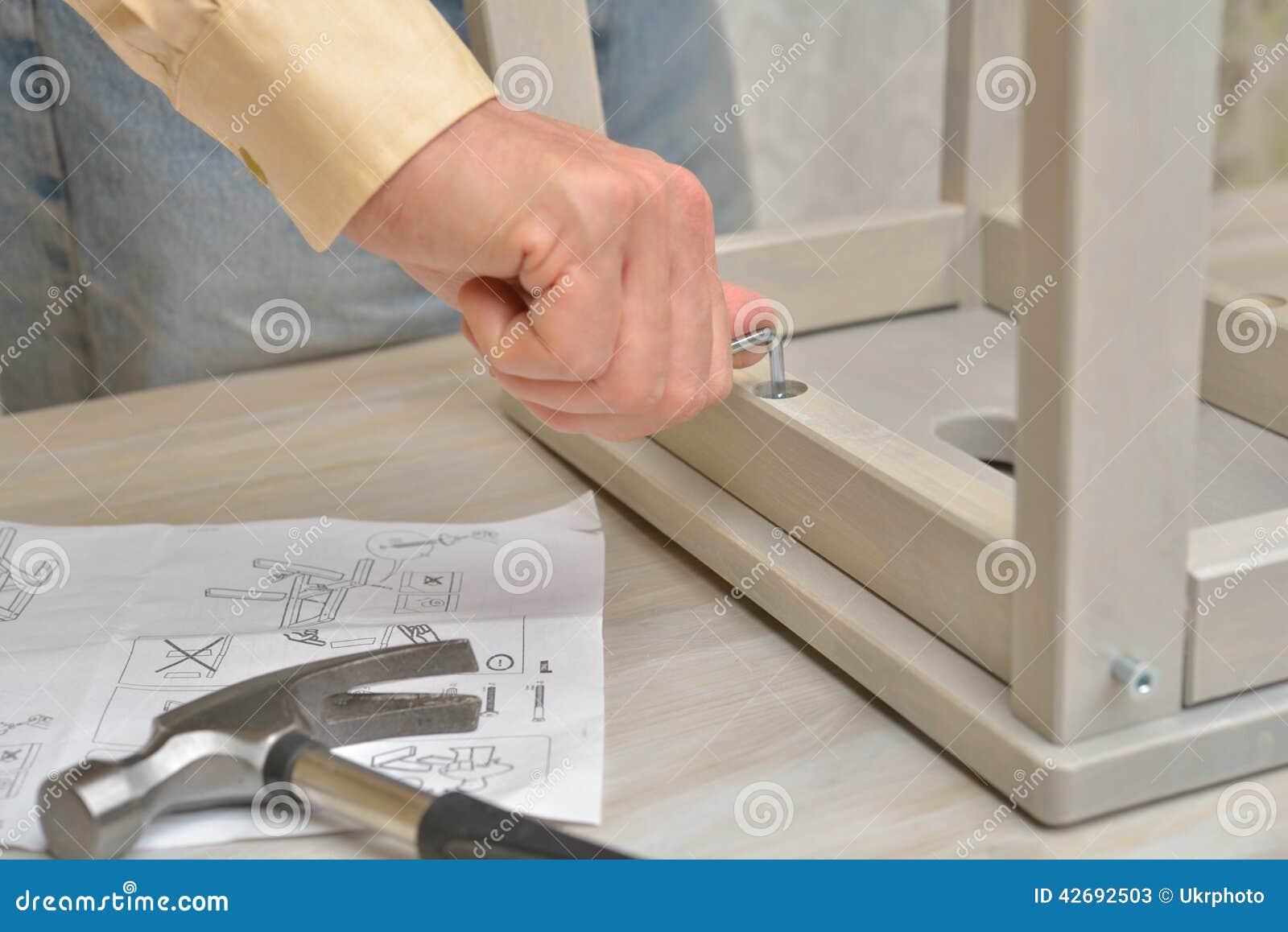 Het assembleren van de kruk redactionele stock foto afbeelding 42692503 - Kruk wereld ...
