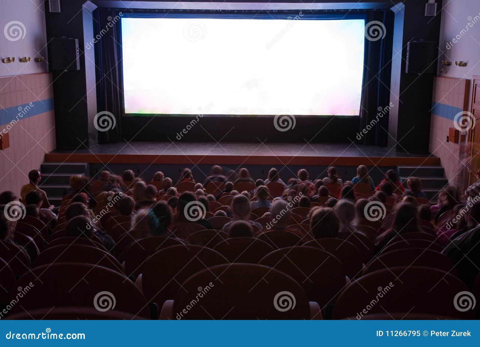 Het auditorium van de bioskoop met mensen