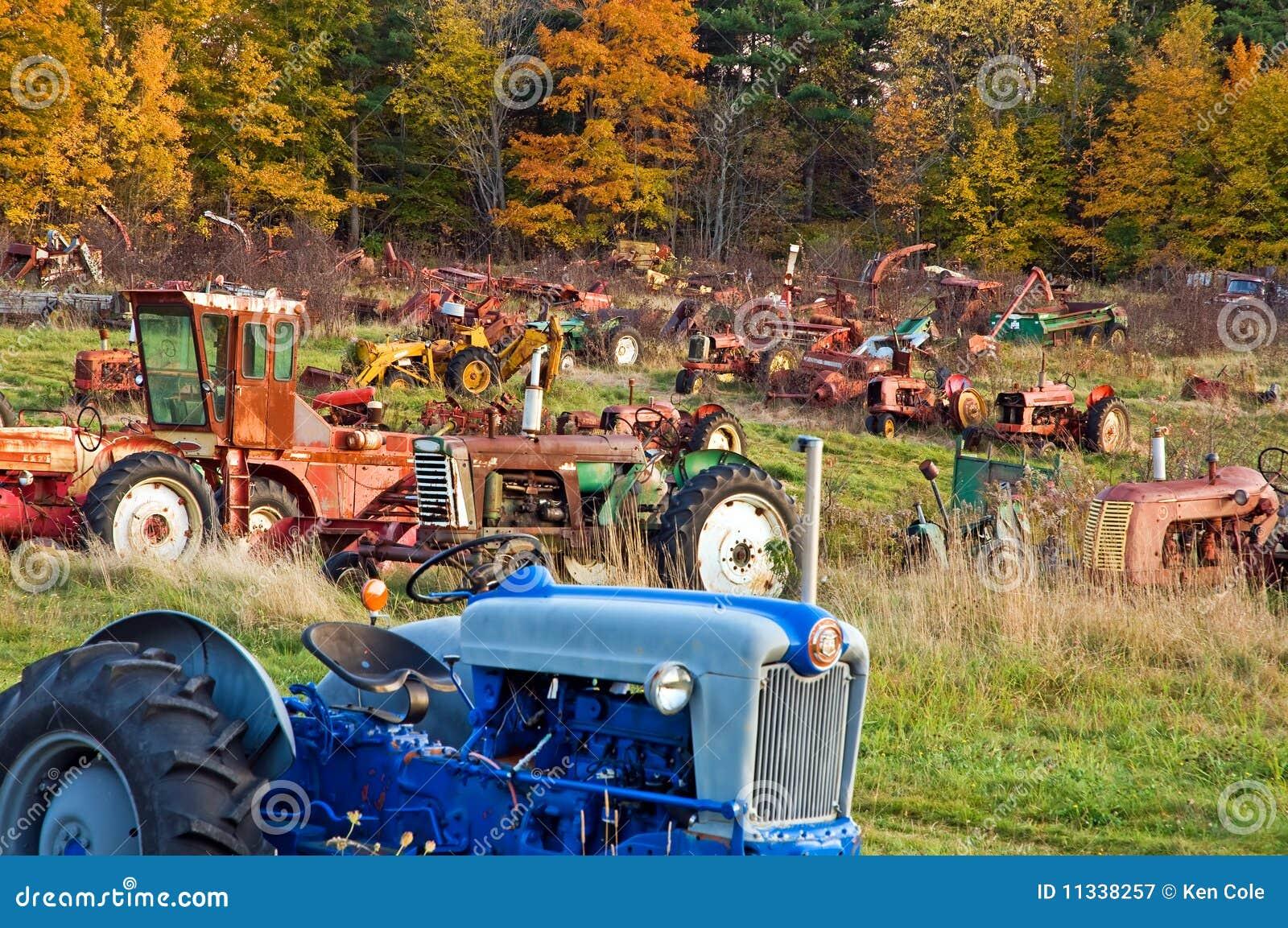 Het autokerkhof van de tractor bij schemer