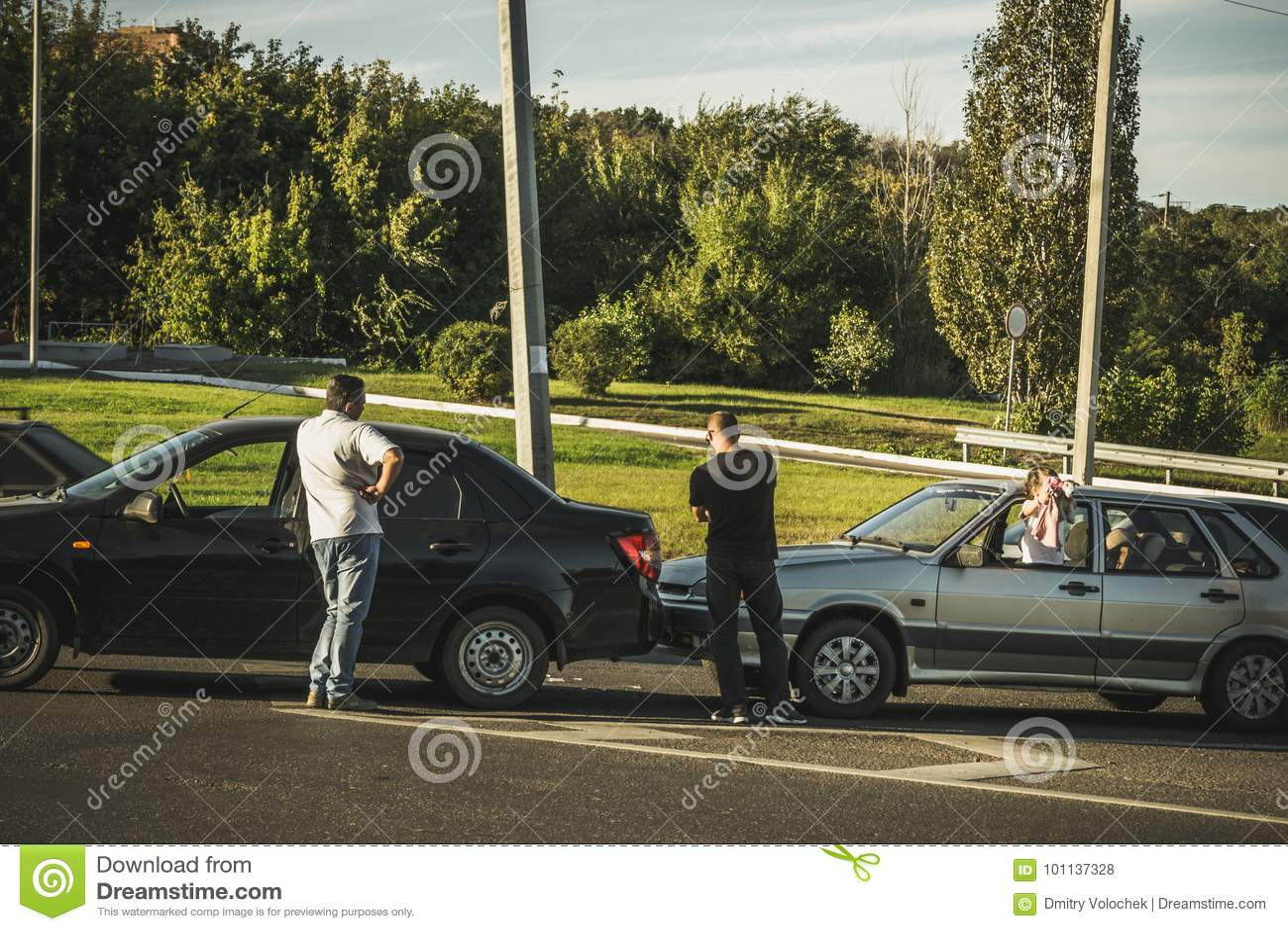 Het autoongeval op de weg, twee gebroken auto s en bestuurders na auto verpletteren