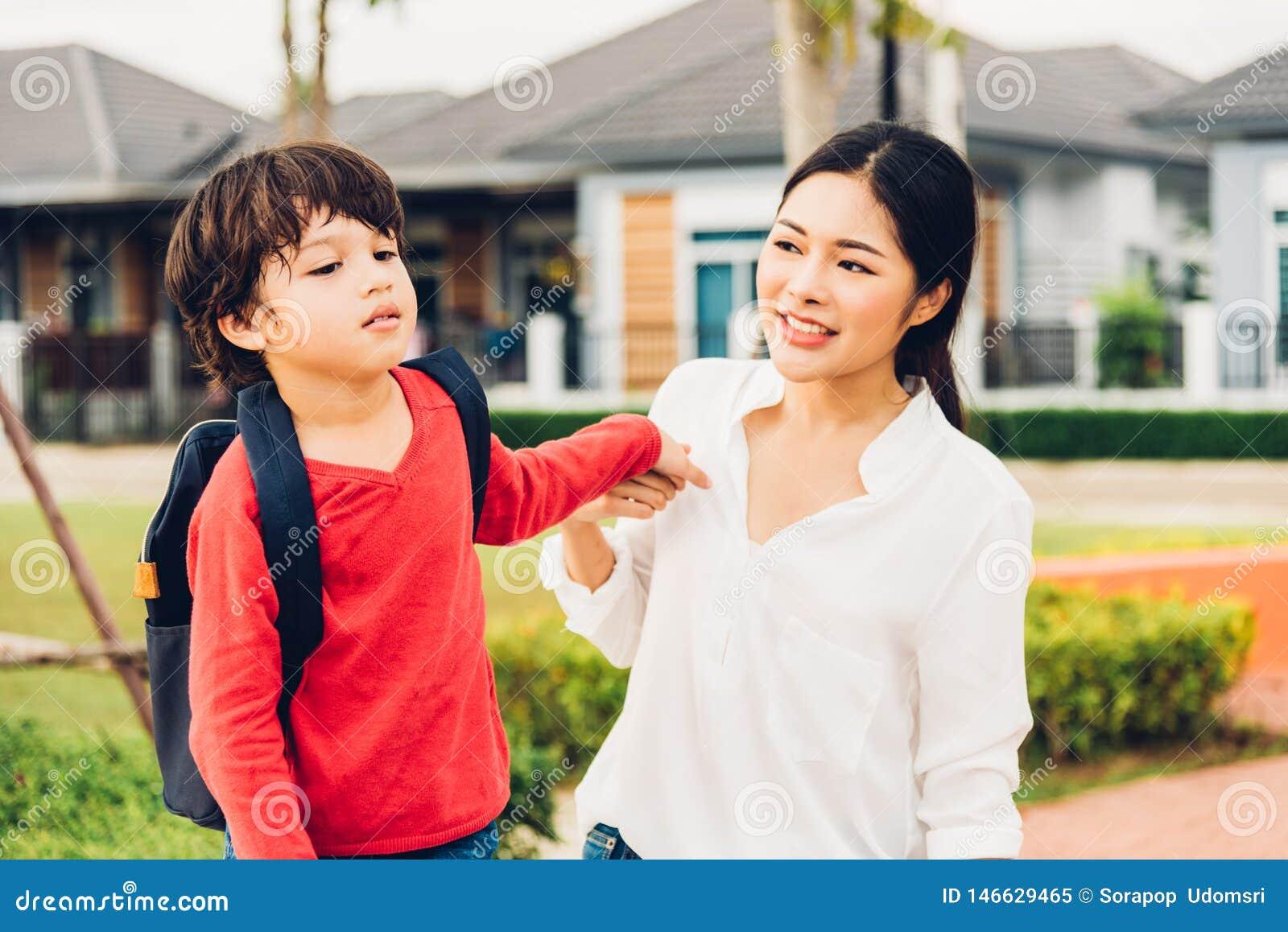 Het Aziatische gelukkige moeder en kindjongen openlucht spelen