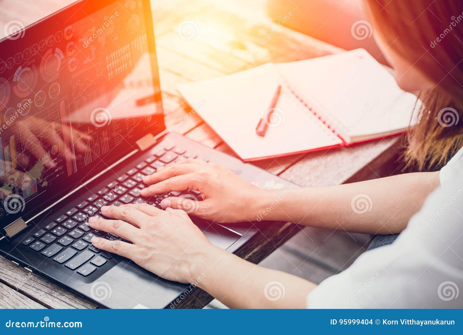 Het Aziatische het Bedrijfsvrouwenwerk typen op laptop met grafiekgegevens over het scherm