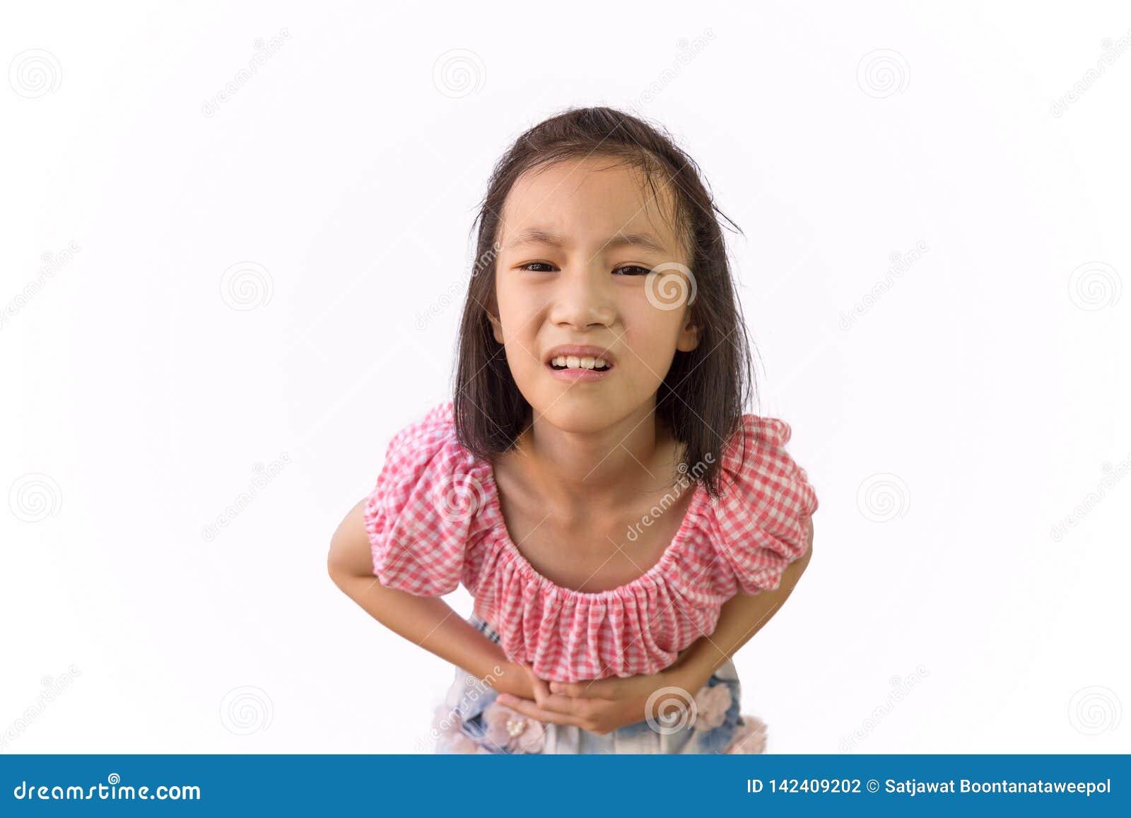 Het Aziatische meisje is pijnlijke die maagpijn op witte achtergrond, kind voedselvergiftiging hebben, Ziekte en gezondheidszorg