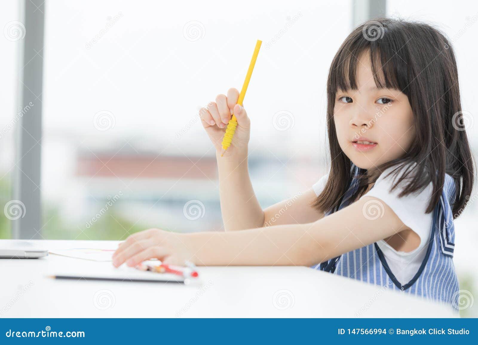 Het Aziatische meisje trekt ernstig