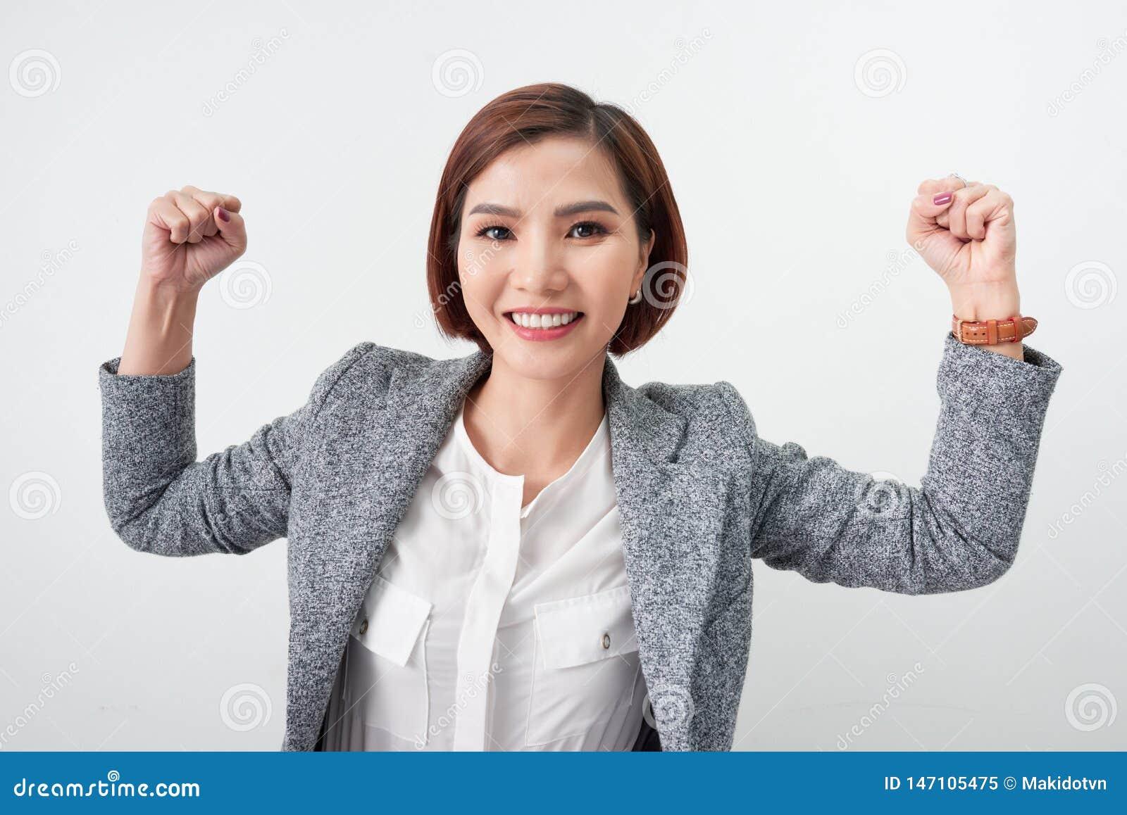 Het Aziatische mooie meisje voelt gelukkig de glimlachende vrouw toont hand omhoog succesvolle tekenactie