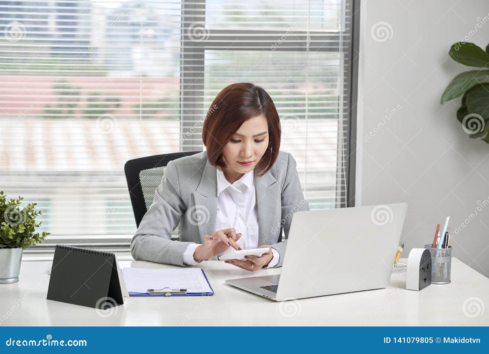 Het Aziatische onderneemster of accountants werken richtend van de grafiekbespreking en analyse gegevensgrafieken en grafieken en