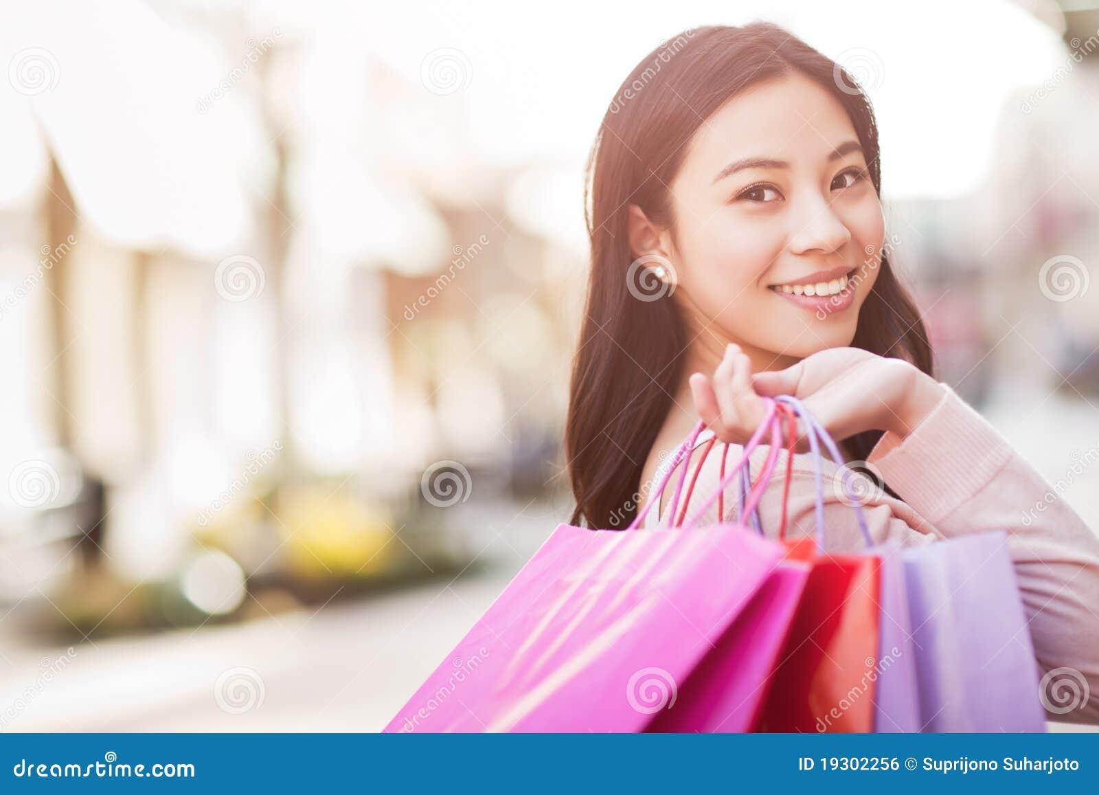 Het Aziatische vrouw winkelen