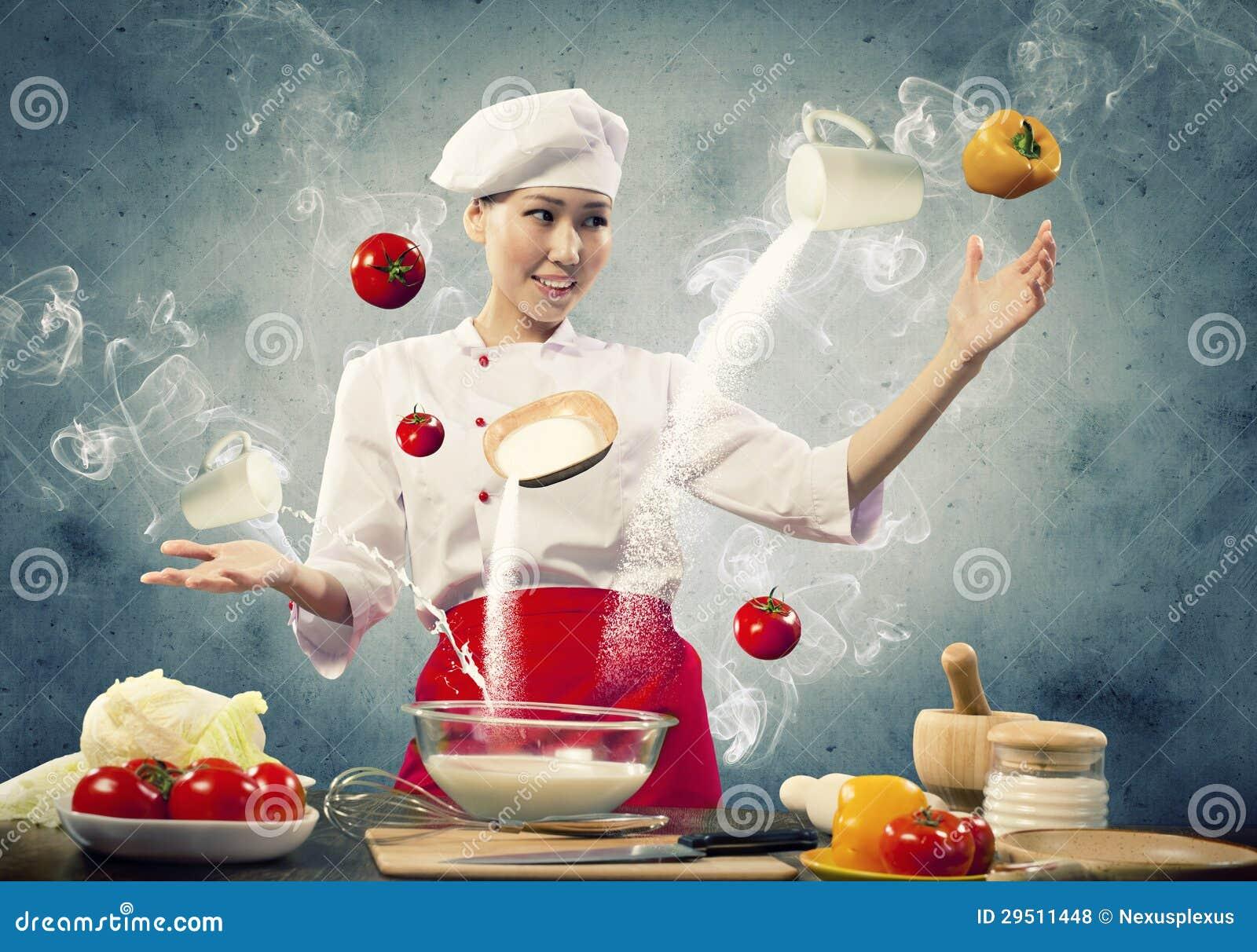 Het Aziatische vrouwelijke koken met magisch
