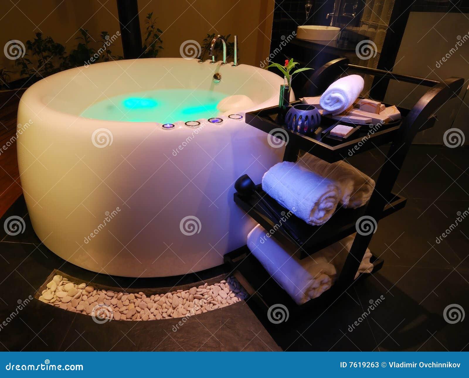 Het bad van de jacuzzi stock afbeelding afbeelding bestaande uit handdoek 7619263 for Foto in het bad