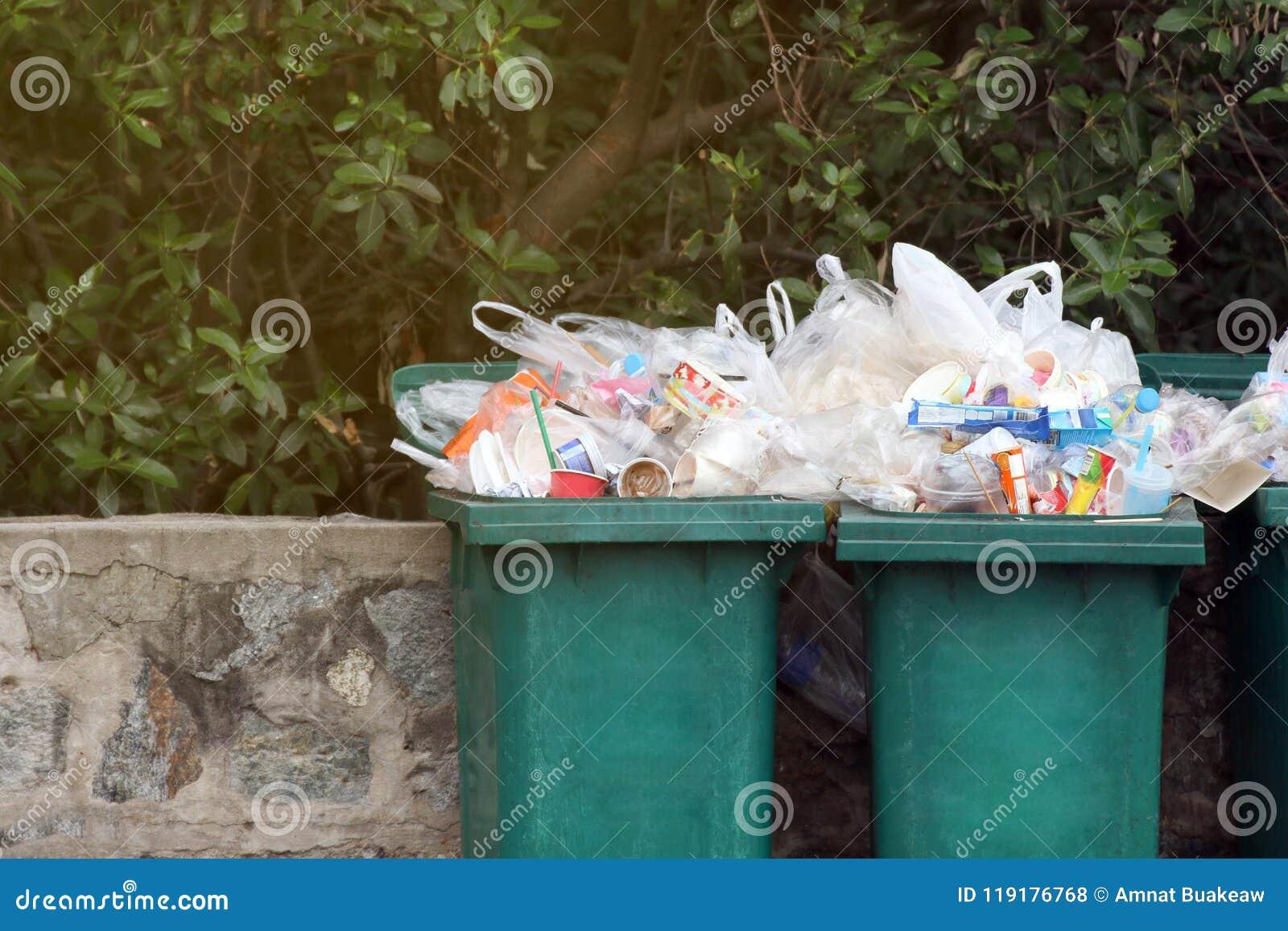 Het bakafval, het plastic afval van het huisvuilafval, volledige bakken verspilt plastic zakken omhoog sluit, het plastic afval v