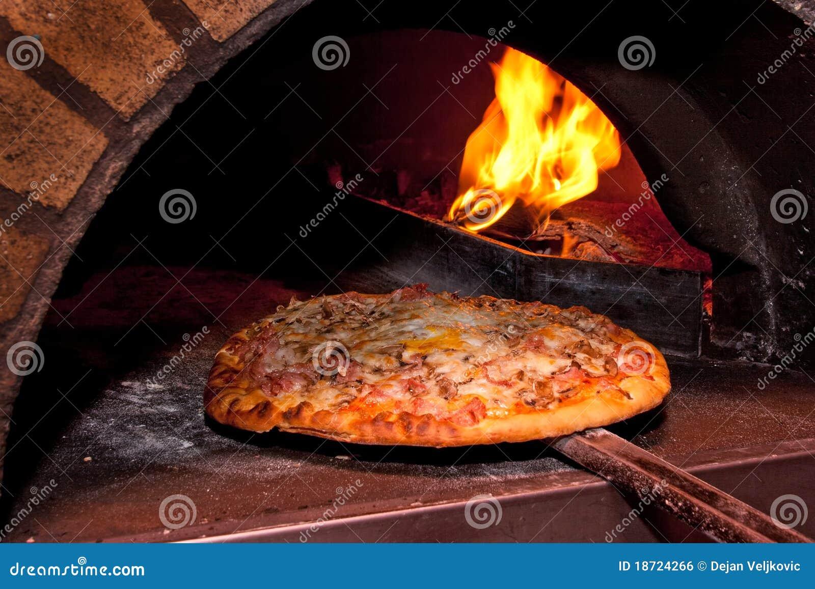 Het baksel van de pizza in de oven