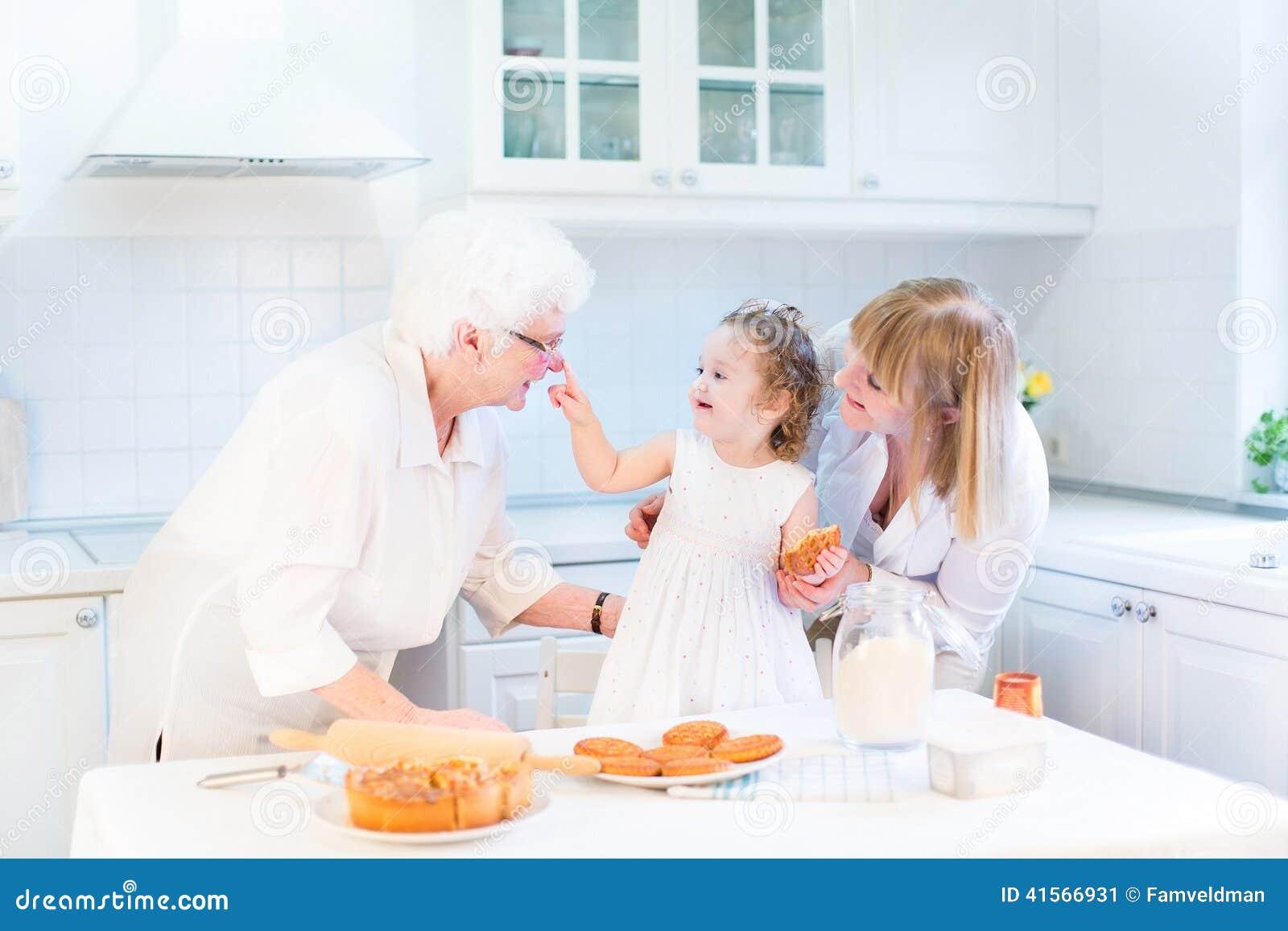 Het bakselappeltaart van het peutermeisje met haar grootmoeders