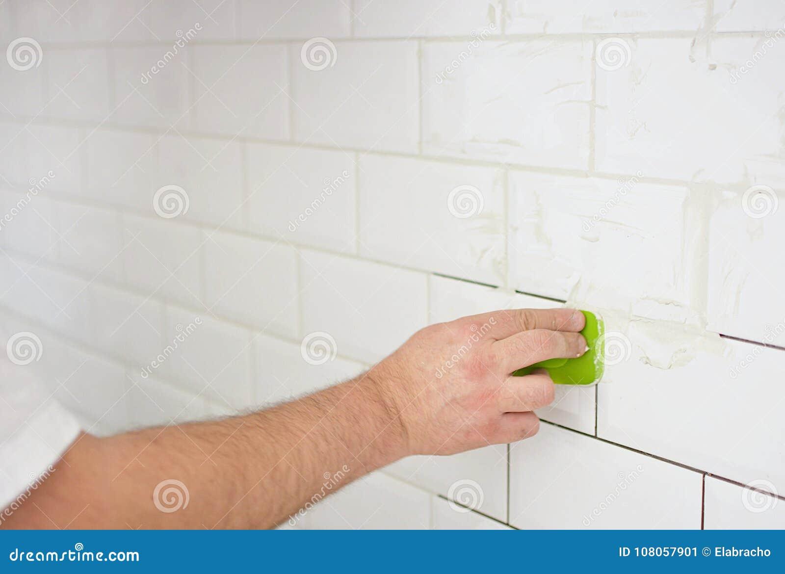 Witte Tegels Keuken : Het beëindigen van het betegelen van de keuken met witte tegels