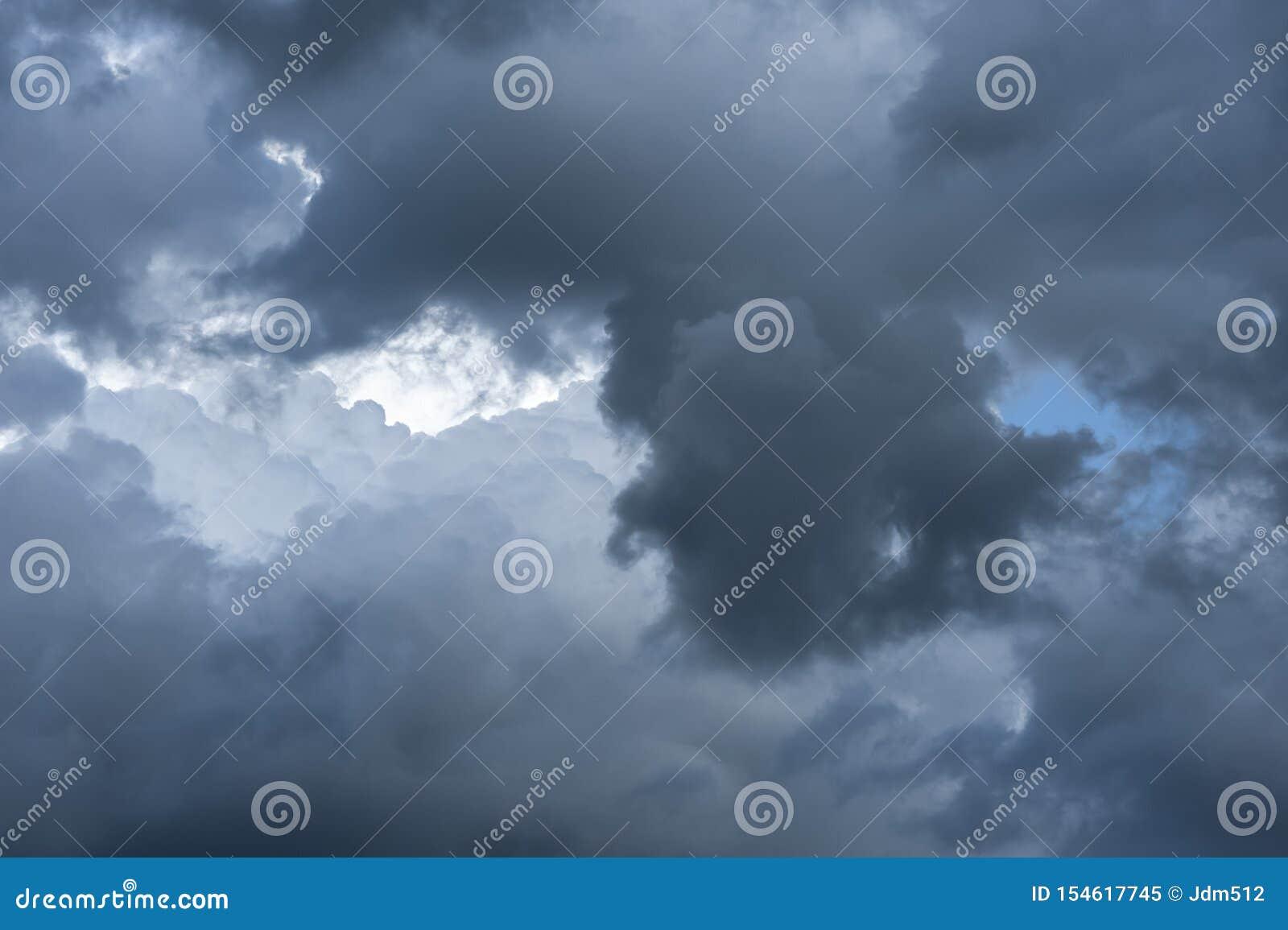 Het bedreigen van donker wolkenbegin die de hemel behandelen