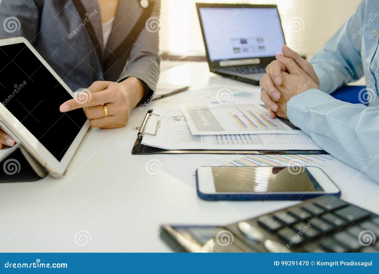 Het bedrijfs coworking de jonge bemanning die van rekeningsmanagers met project werken