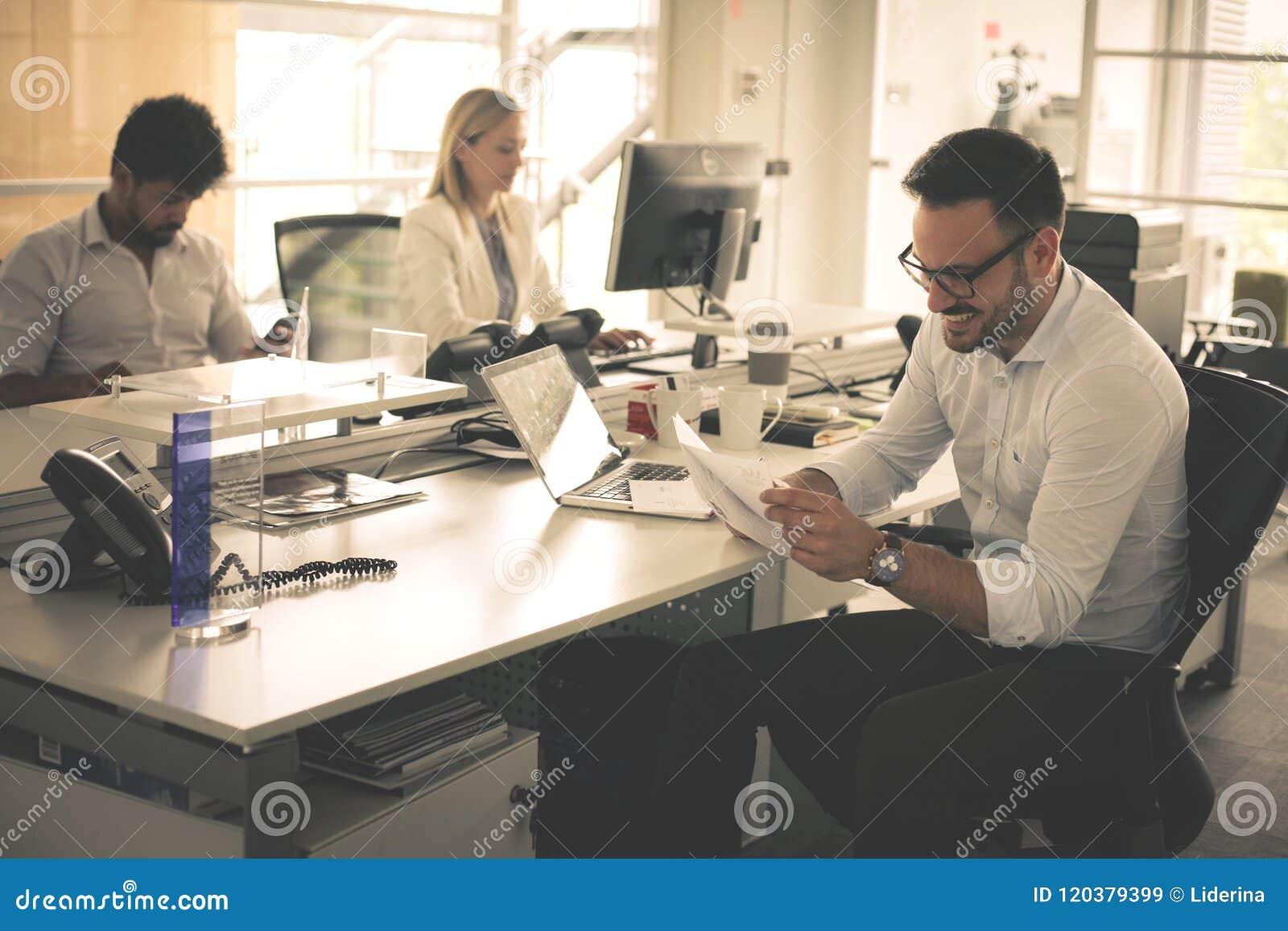 Het bedrijfs mensen werken Bedrijfsmensen samen in bureau