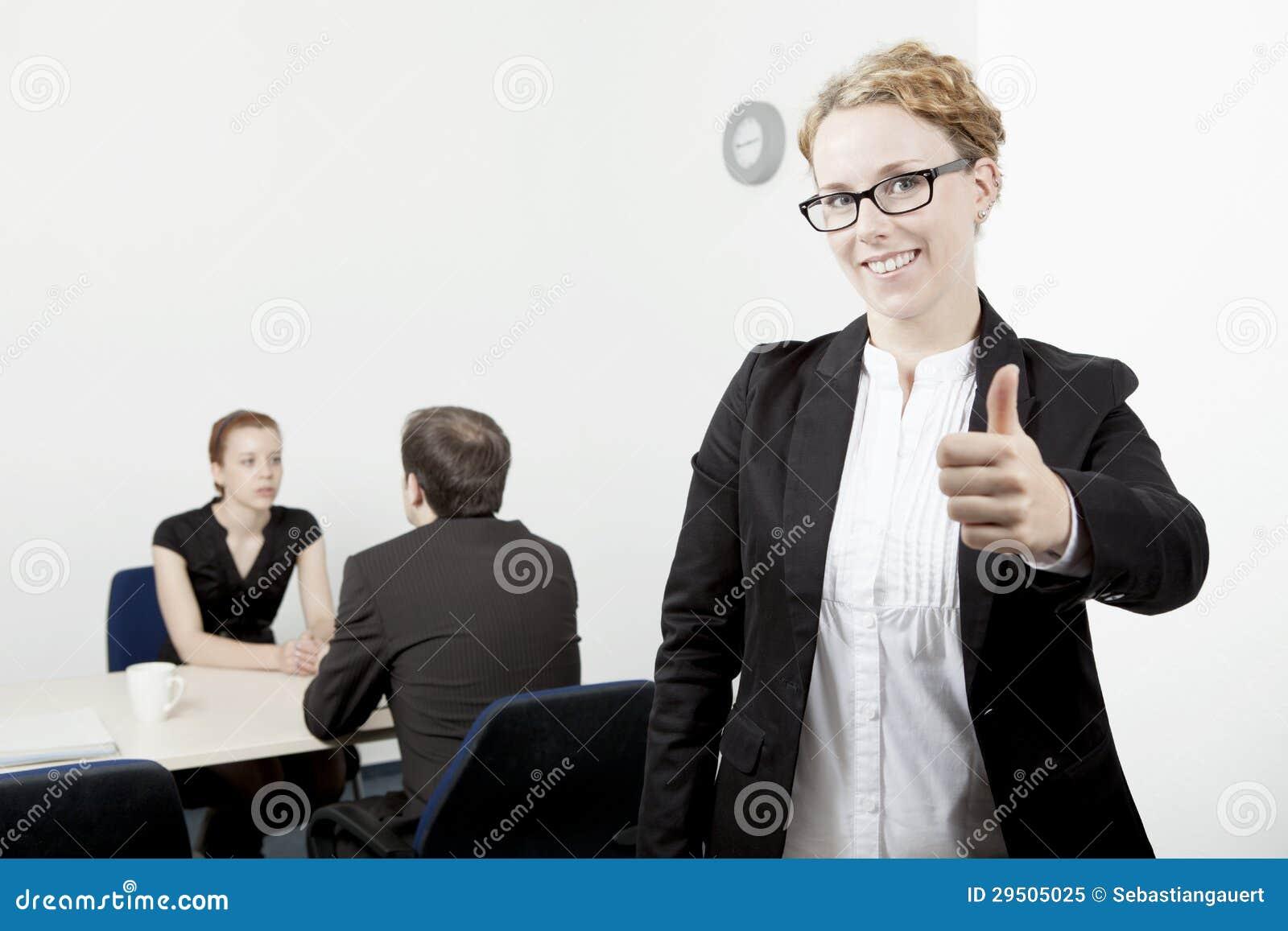 Het bedrijfs vrouw geven duimen omhoog