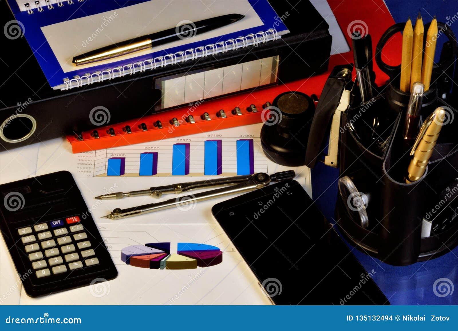 Het bedrijfsbureau groeit regelmatig omhoog-wijst op de grafiek Calculator, smartphone, rode omslag met belangrijke rapporten en