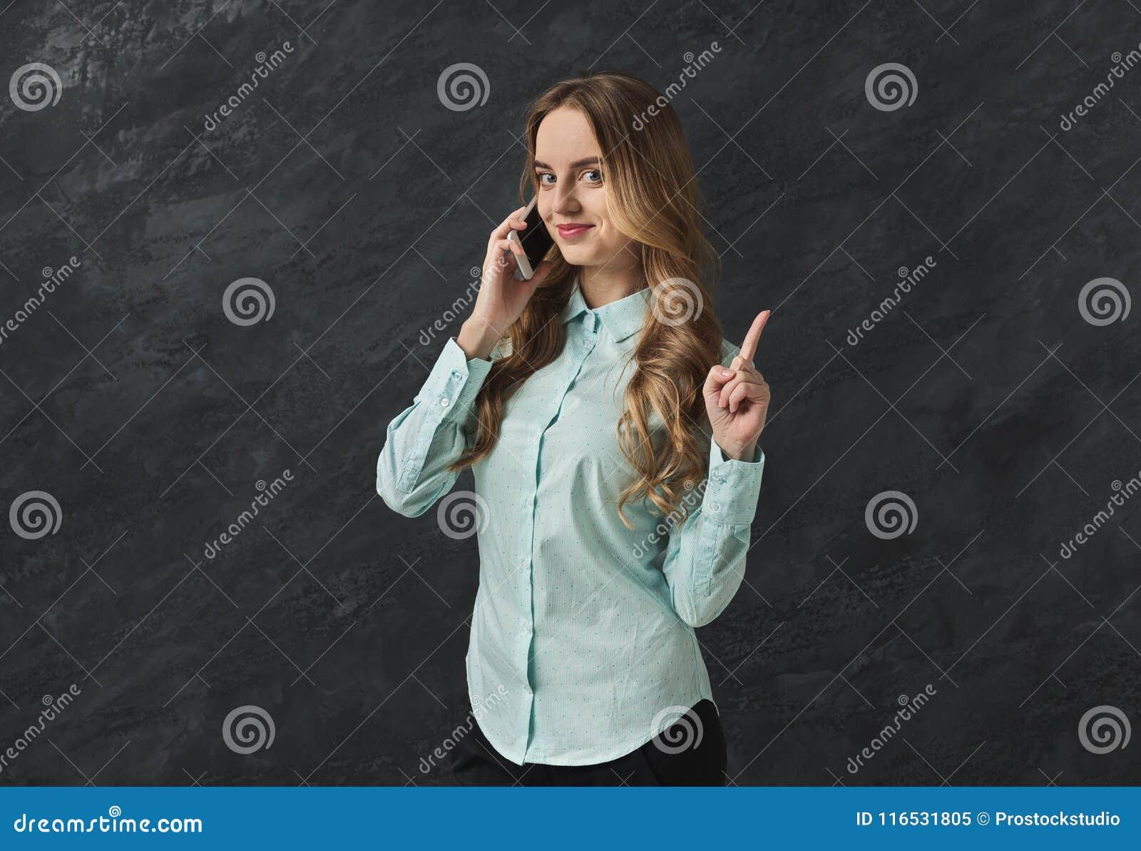 Het bedrijfsvrouw spreken op telefoonpunt stil is
