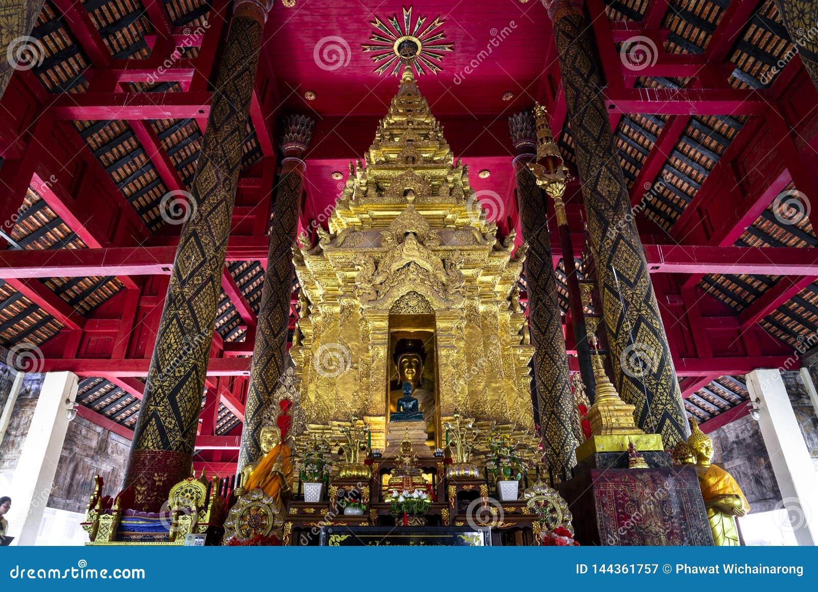 Het beeld van Boedha in gouden pagode bij de belangrijkste zaal van Wat Prathat Lampang Luang, een oude Boeddhistische tempel in