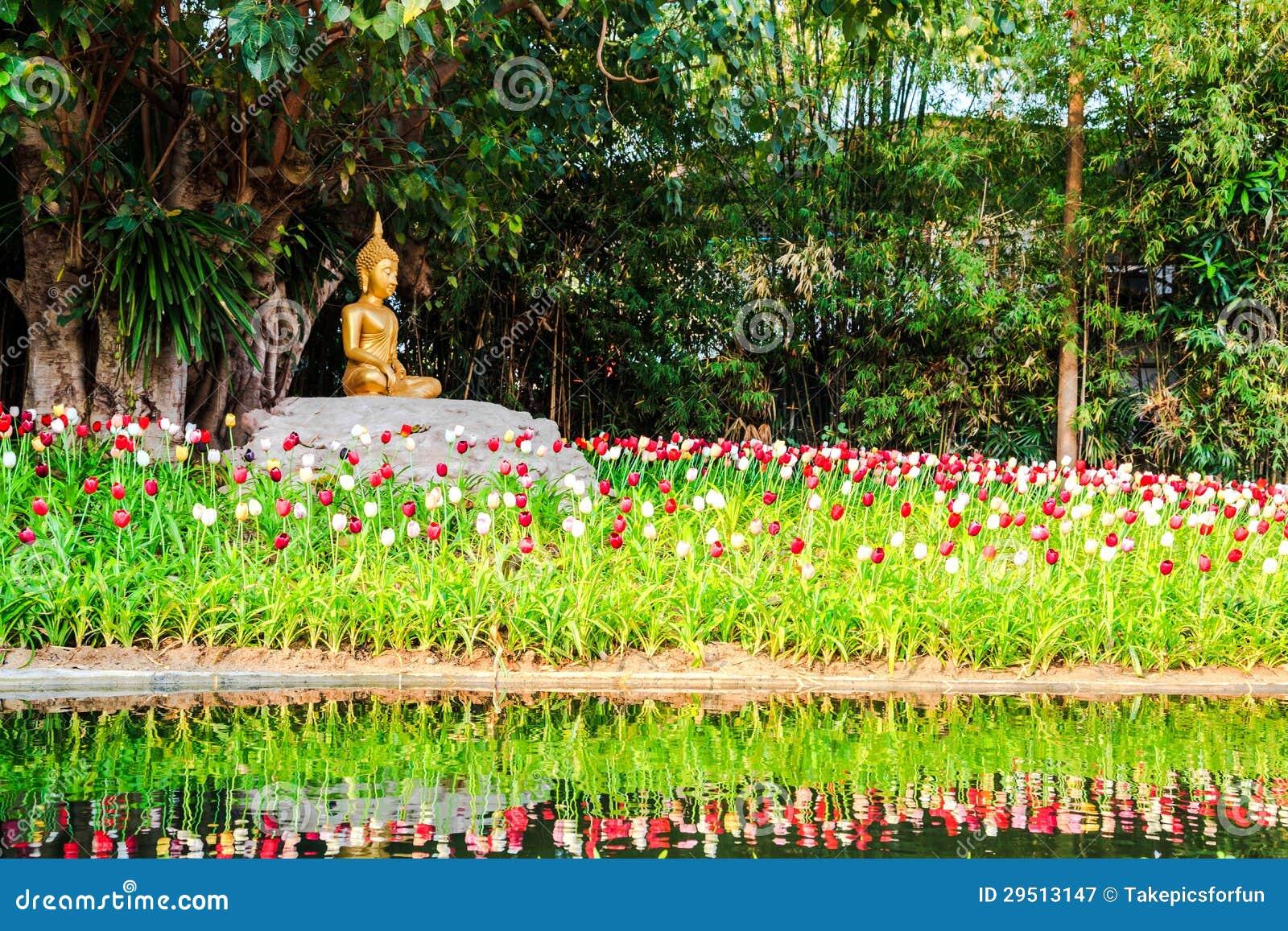 Het beeld van Boedha onder de bodhiboom