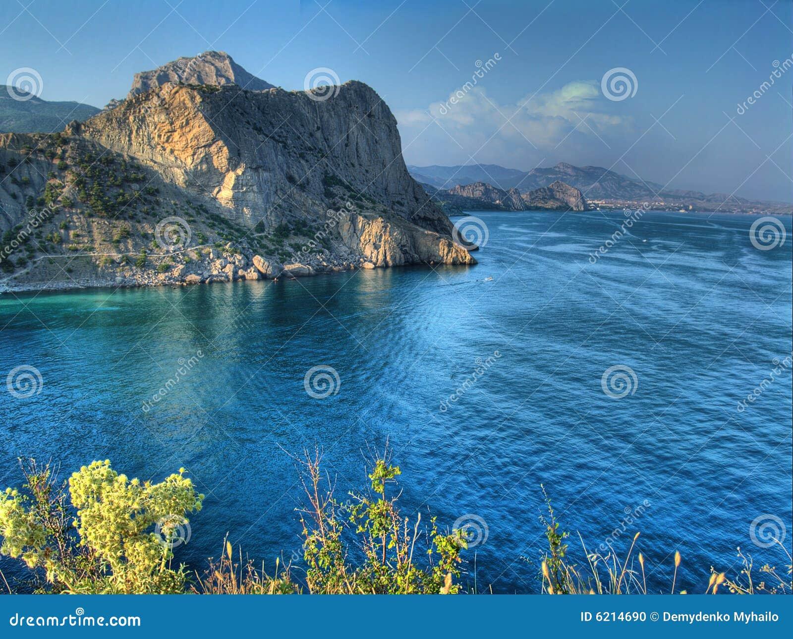 Het beeld van Hdr van overzees landschap met wolken en baai