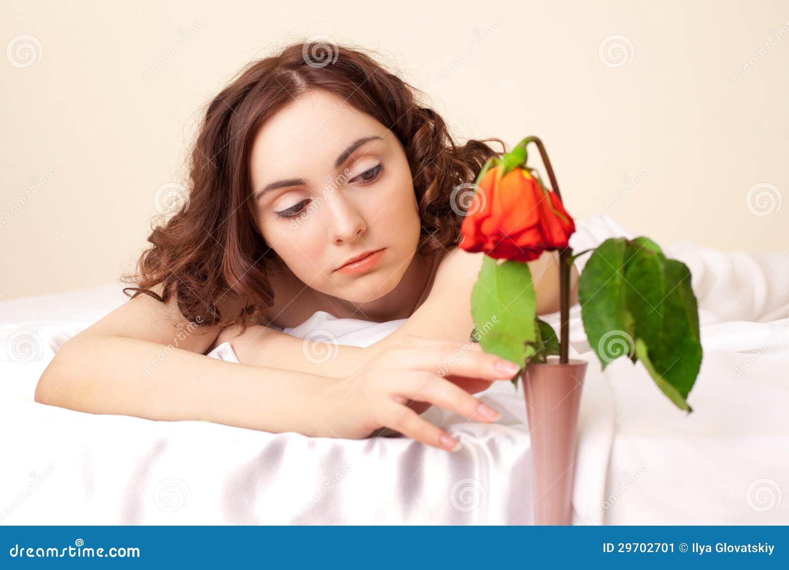 Het beeld van mooie droevige vrouw met schoften nam toe stock afbeelding afbeelding 29702701 - Een mooie kamer van een mooie meid ...