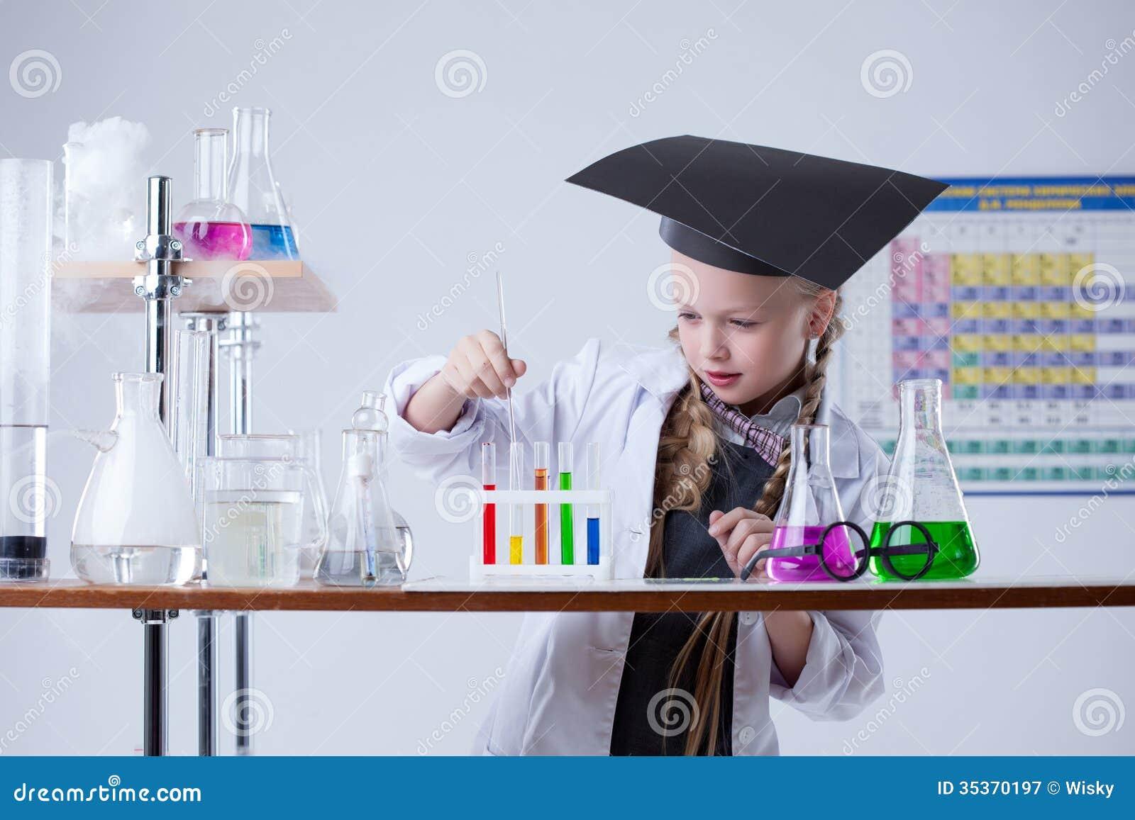 Het beeld van slim meisje mengt reagentia in laboratorium royalty vrije stock fotografie - Beeld het meisje van ...