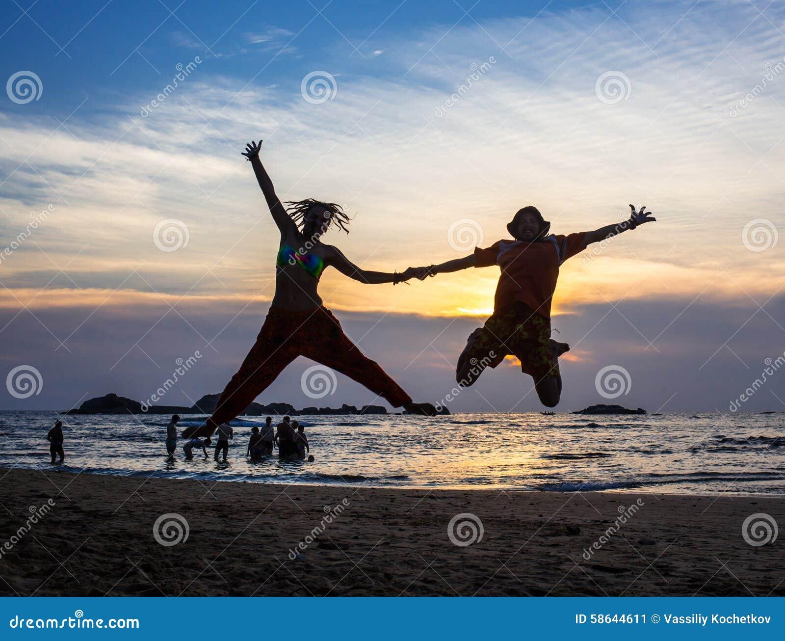 Het beeld van twee mensen in liefde bij zonsondergang stock foto afbeelding 58644611 - Beeld het meisje van ...