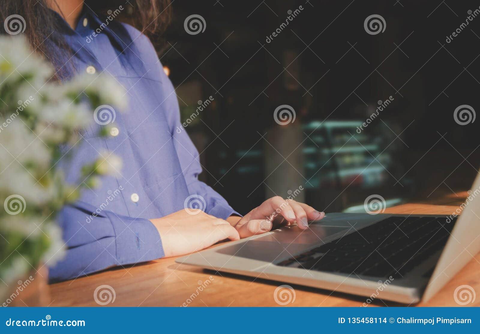 Het beeld van vrouwenhanden gebruikend/typend op laptop computer selecteerde nadruk op toetsenbord