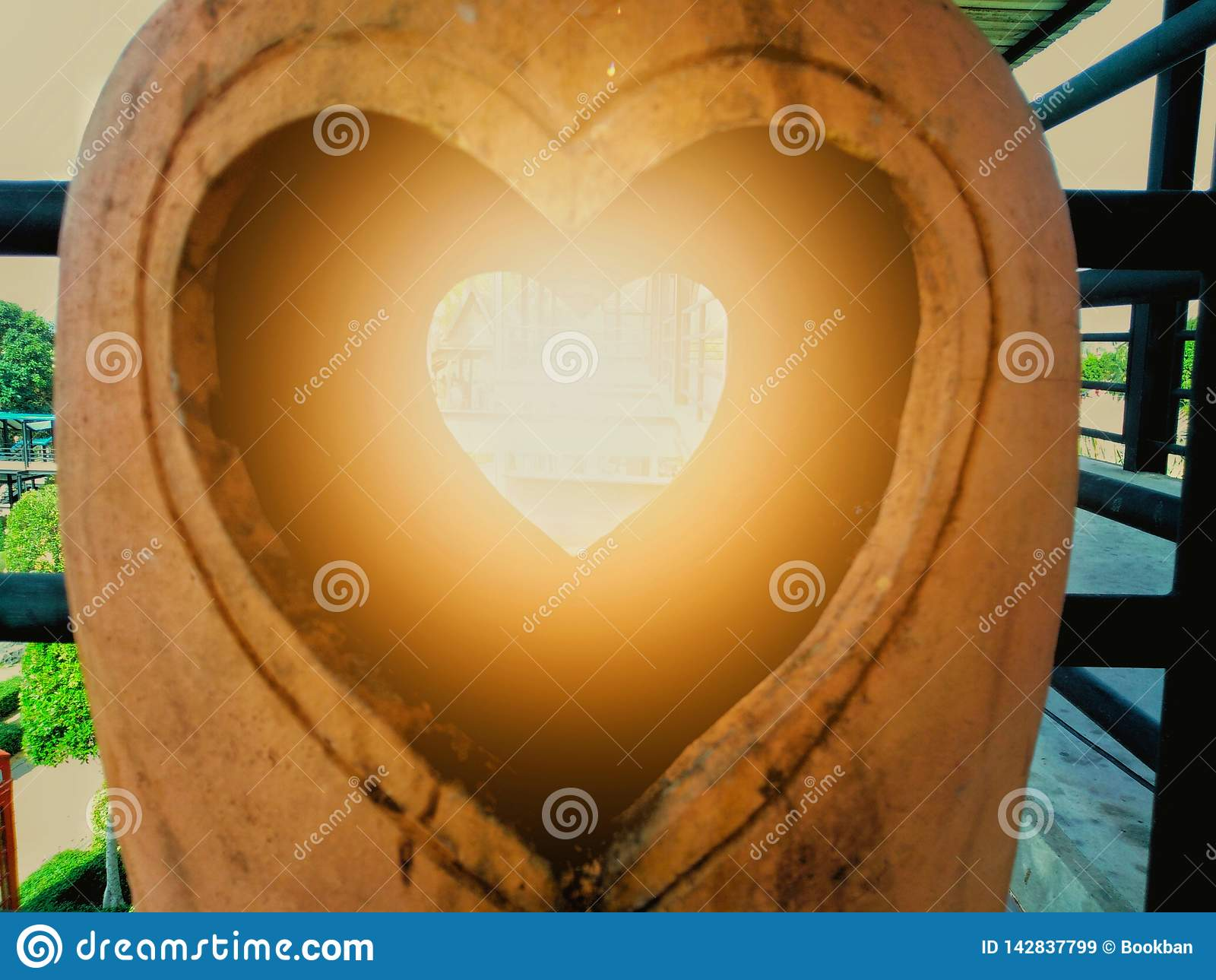 Het beeldhouwwerk van de aardewerkklei met een hart in het midden