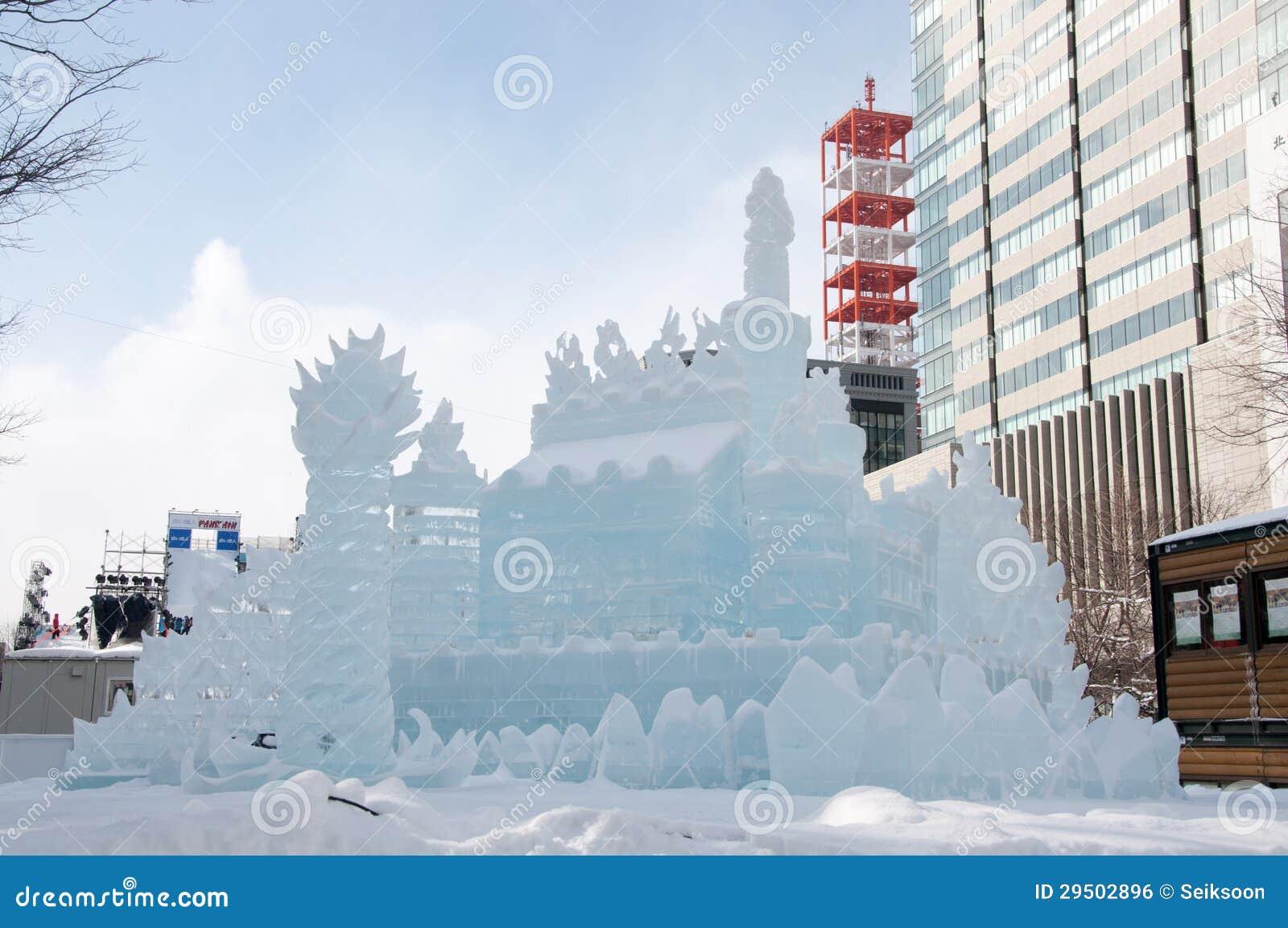 Het beeldhouwwerk van de sneeuw van het Land van de Prinses van het Ijs ~ van Witte Vleugels bij het Festival 2013 van de Sneeuw S