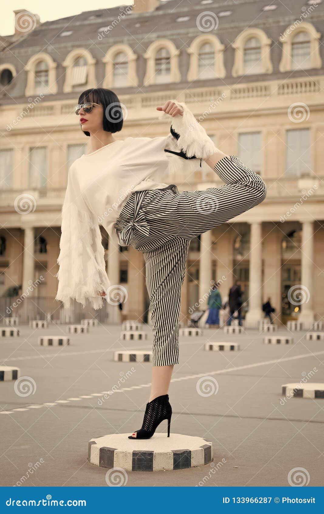 Het been van de vrouwenrek op vierkant in Parijs, Frankrijk