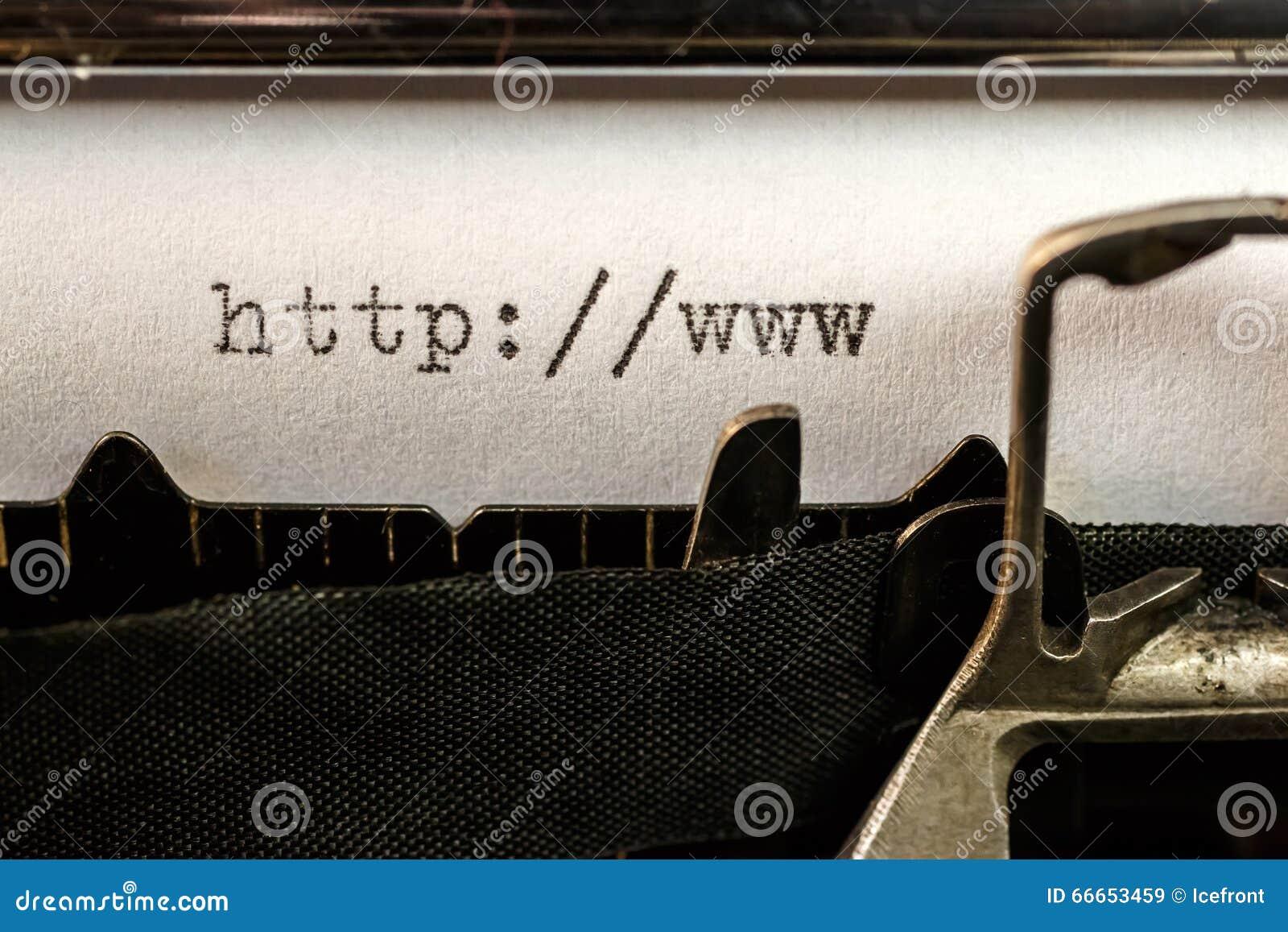 Het begin van de Urltekst door oude schrijfmachine wordt geschreven die