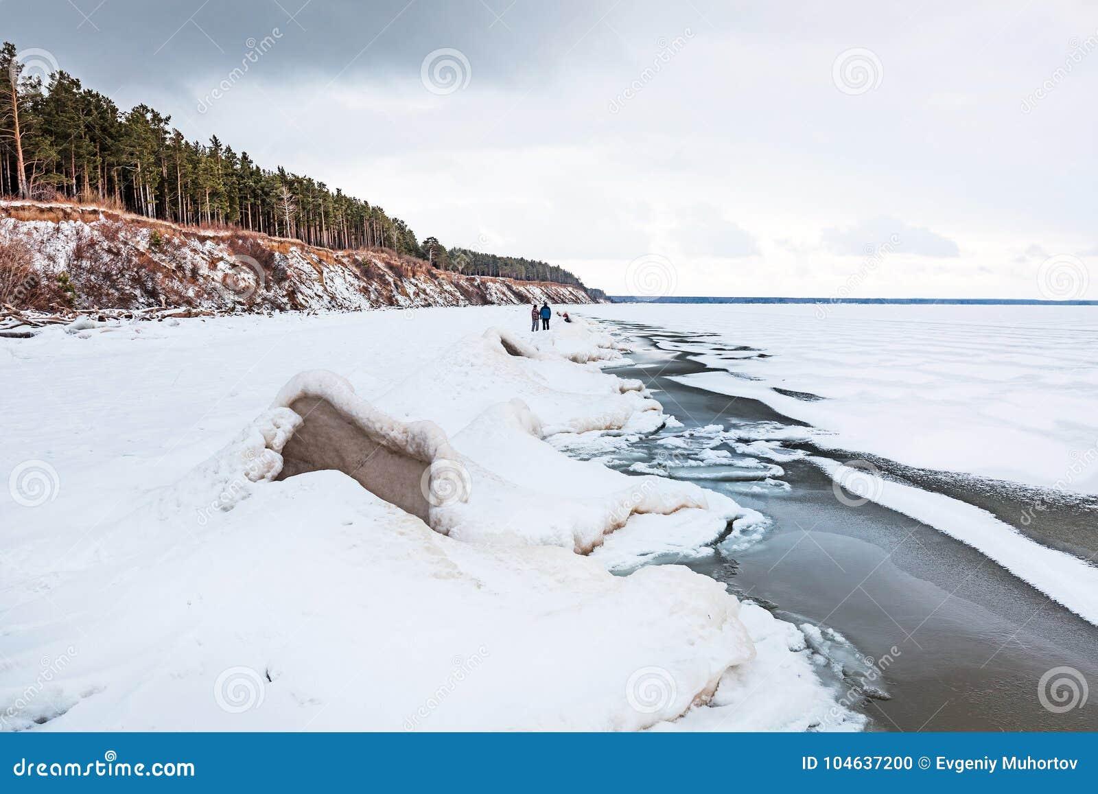Download Het Begin Van De Winter, Het Bevriezen Van Ob Van Novosibirsk R Redactionele Afbeelding - Afbeelding bestaande uit vorst, suikerglazuur: 104637200