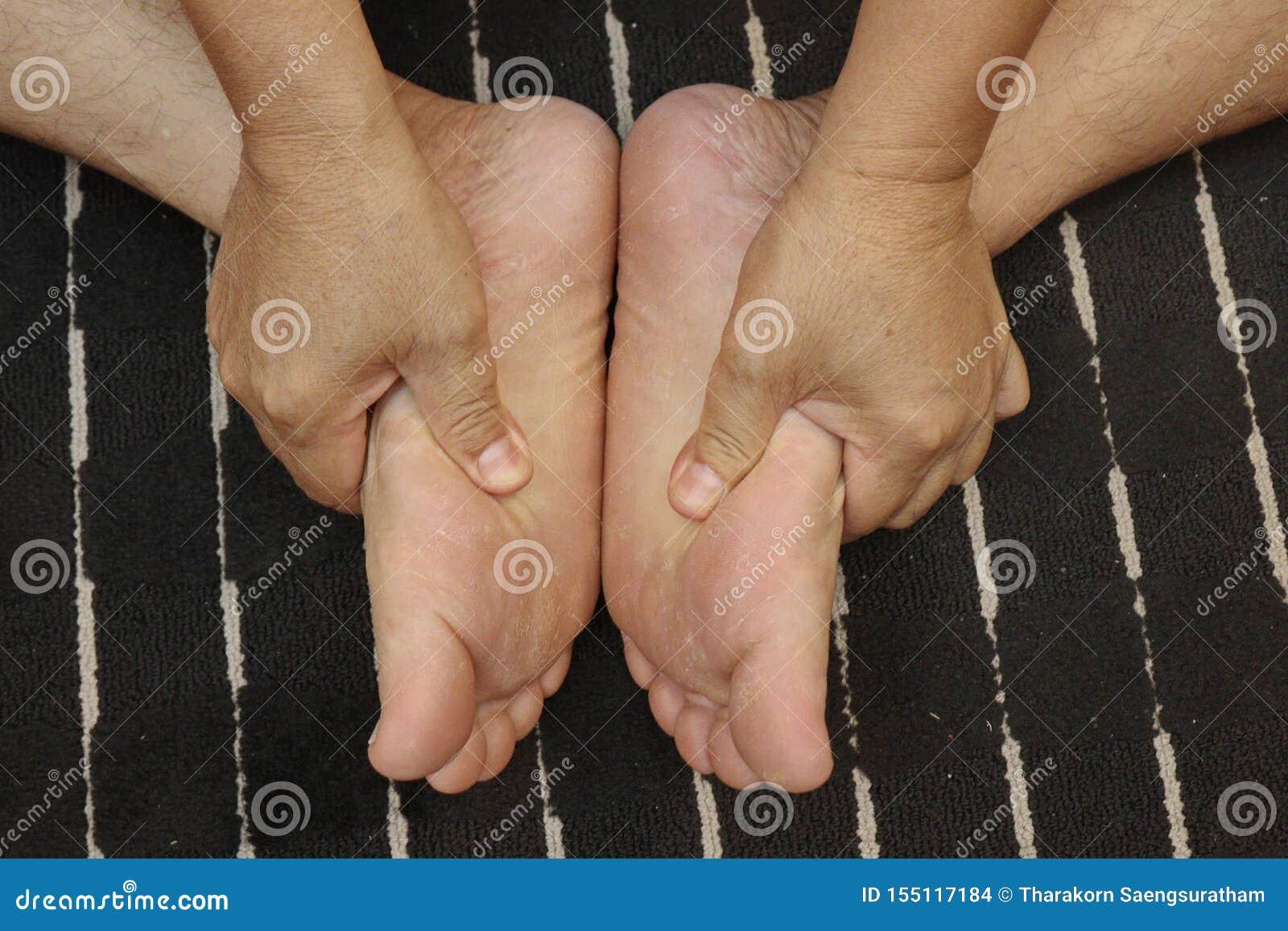 Het behandelen van verwondingen aan de voeten en been met de duw van een vinger volgens trucs van traditionele Thaise massage