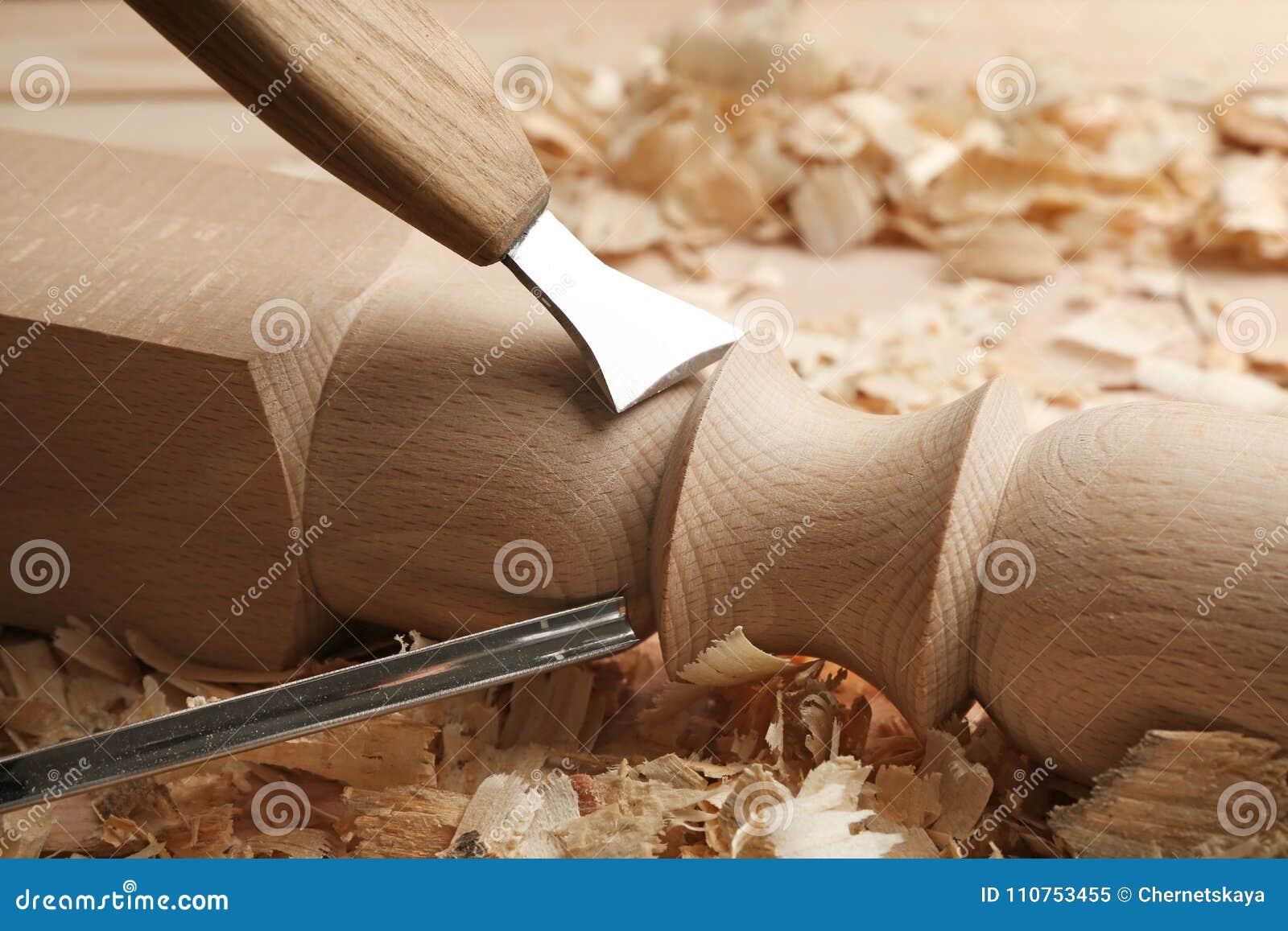 Het beitelen van houten deel in timmermans` s workshop