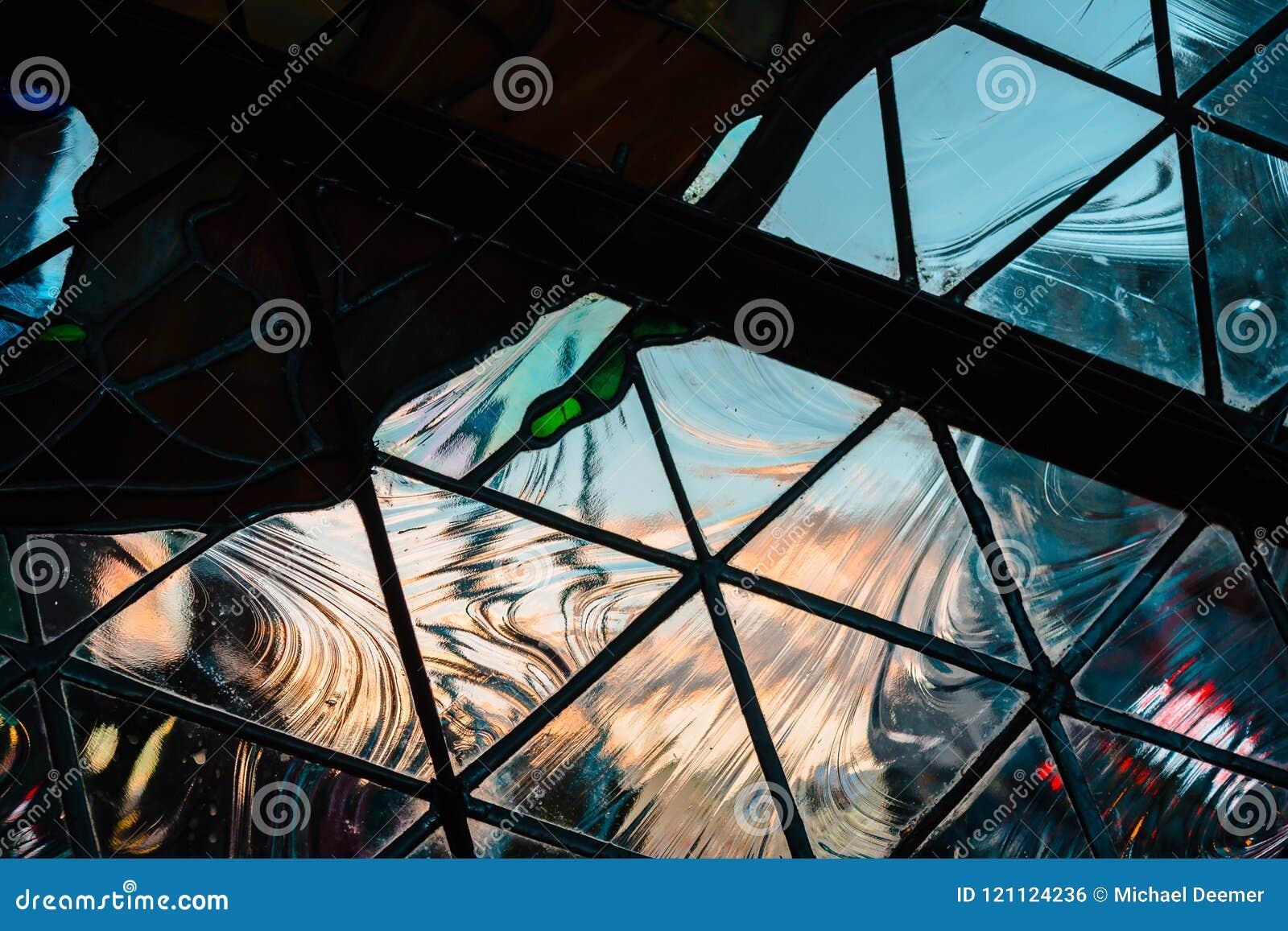 Het bekijken de zonsondergang in Grand Rapids Michigan door geometrisch glas