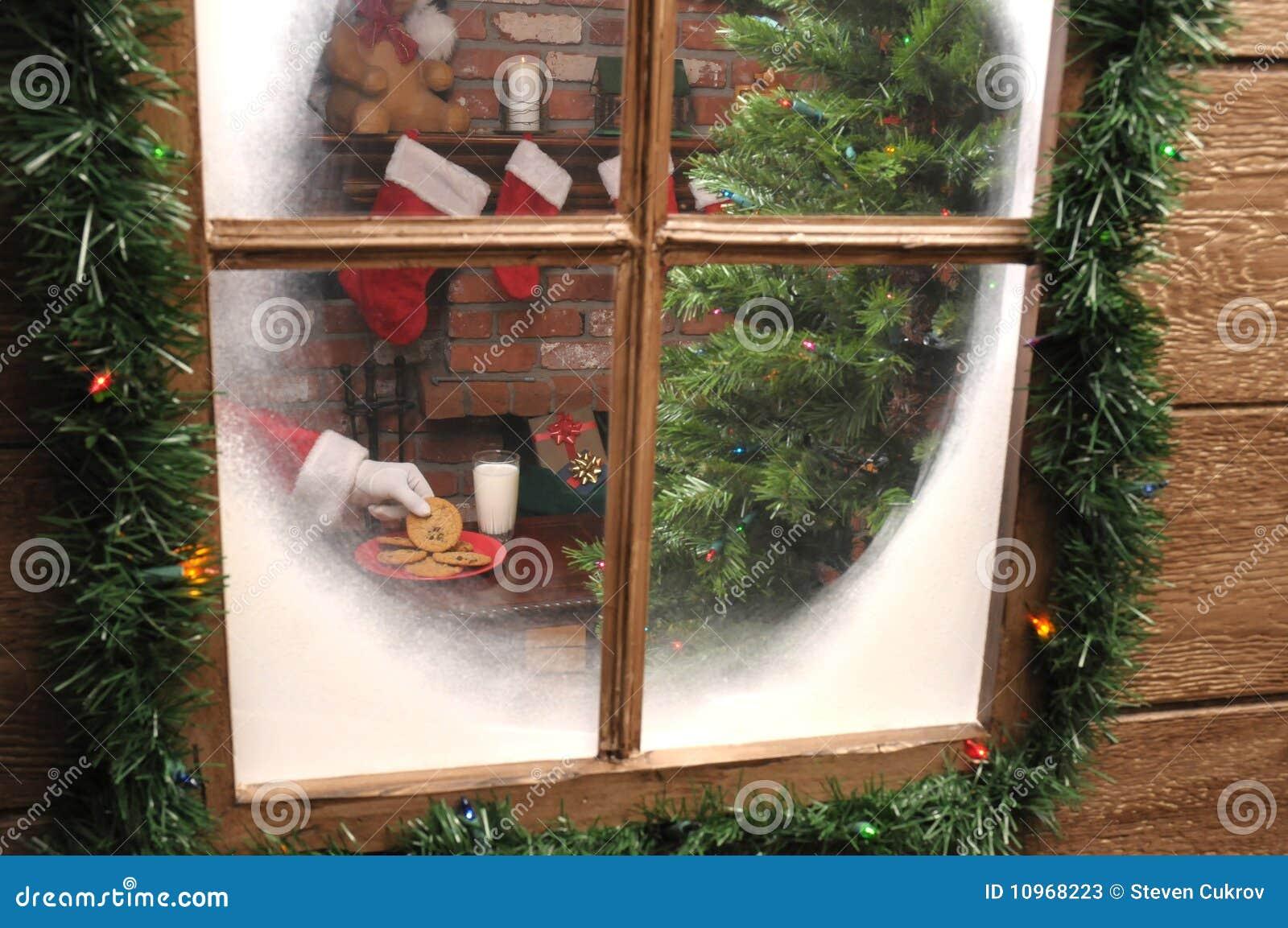 Het bekijken door venster dat Kerstman Koekje neemt