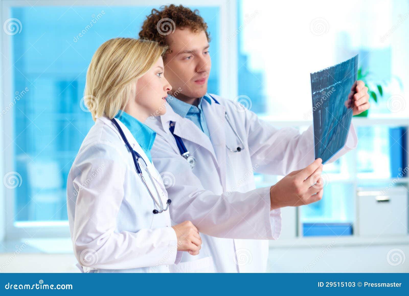 Het bekijken x-ray resultaten