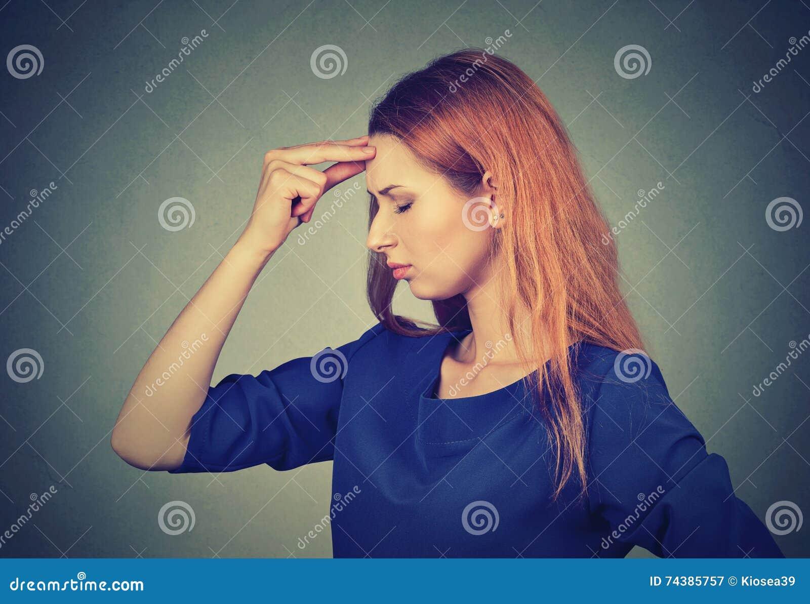 Het beklemtoonde droevige jonge vrouw ongerust gemaakte denken