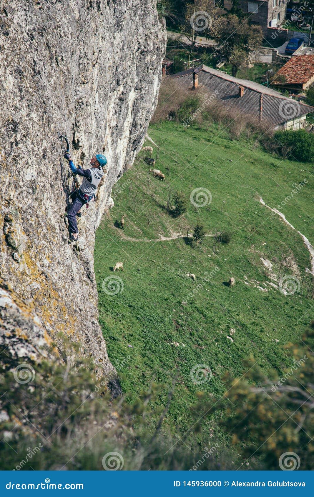 Het beklimmen van de mens op een rots