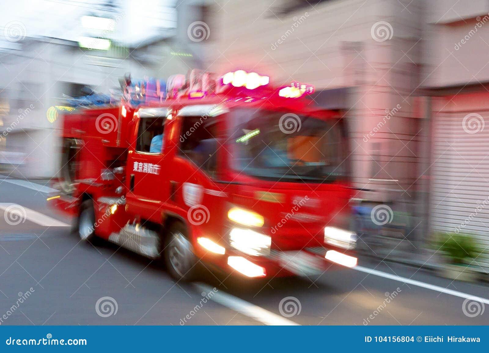 Het bellen van een scherpe sirene, bericht van de brandbestrijdings het automobiele noodsituatie om een brand te doven